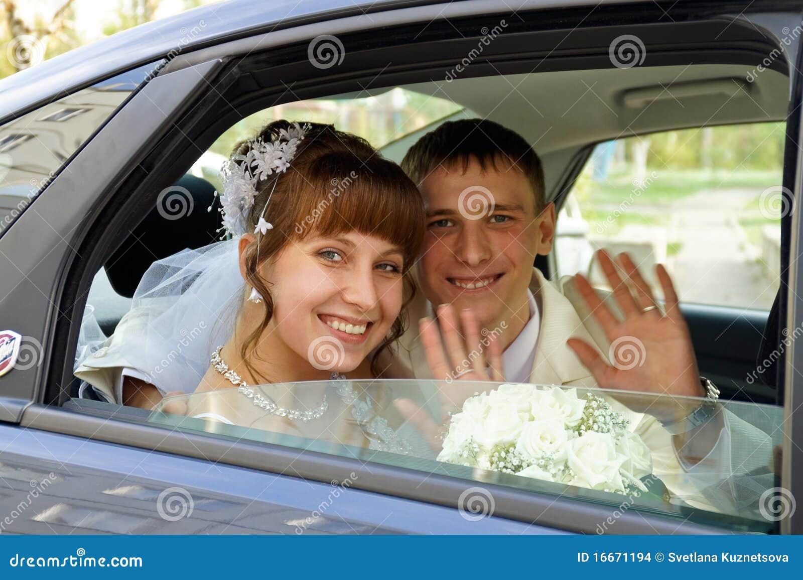 Το ζεύγος σε ένα γαμήλιο αυτοκίνητο
