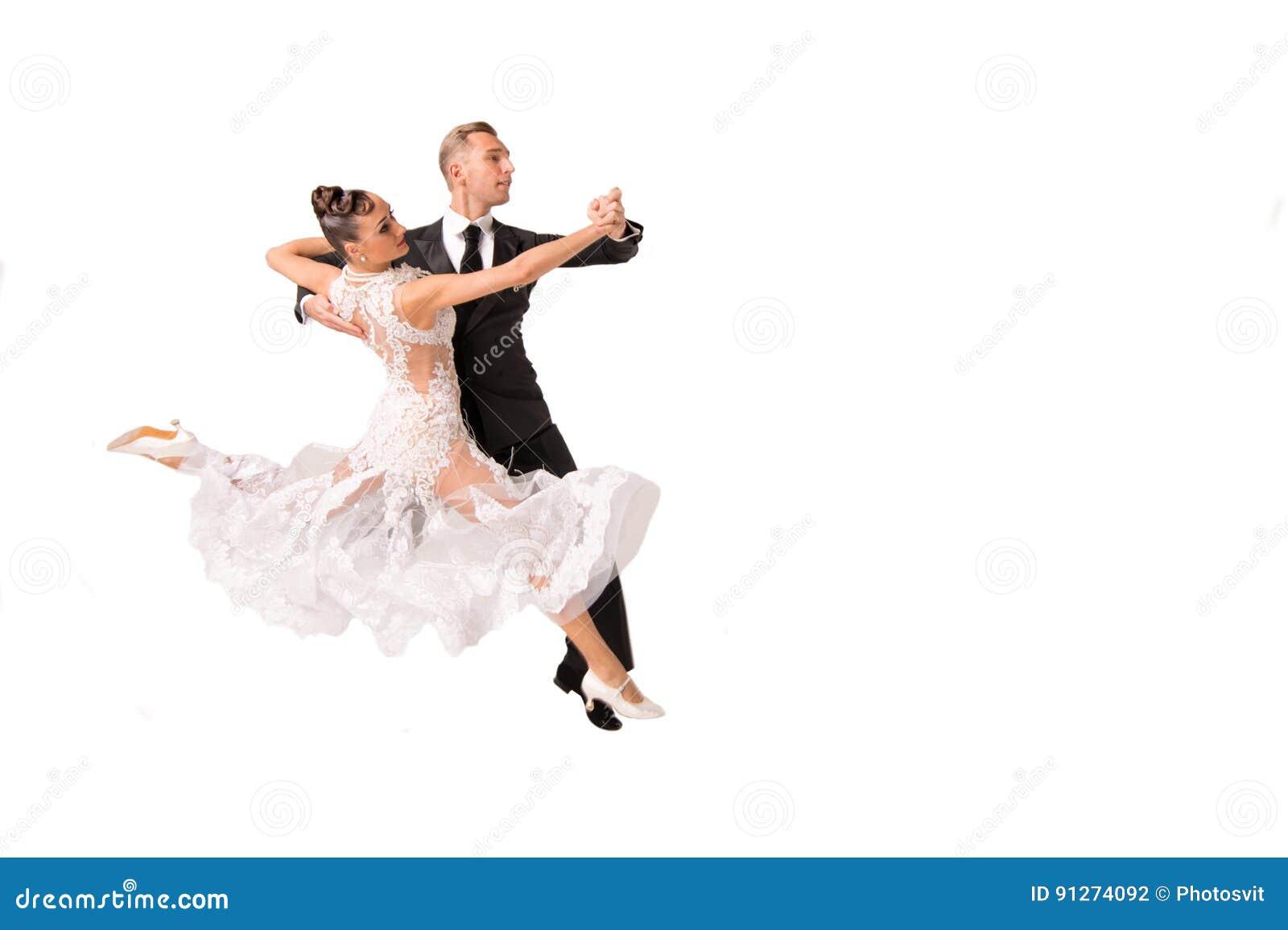 Το ζεύγος χορού Ballrom σε έναν χορό θέτει απομονωμένος στο άσπρο bachground