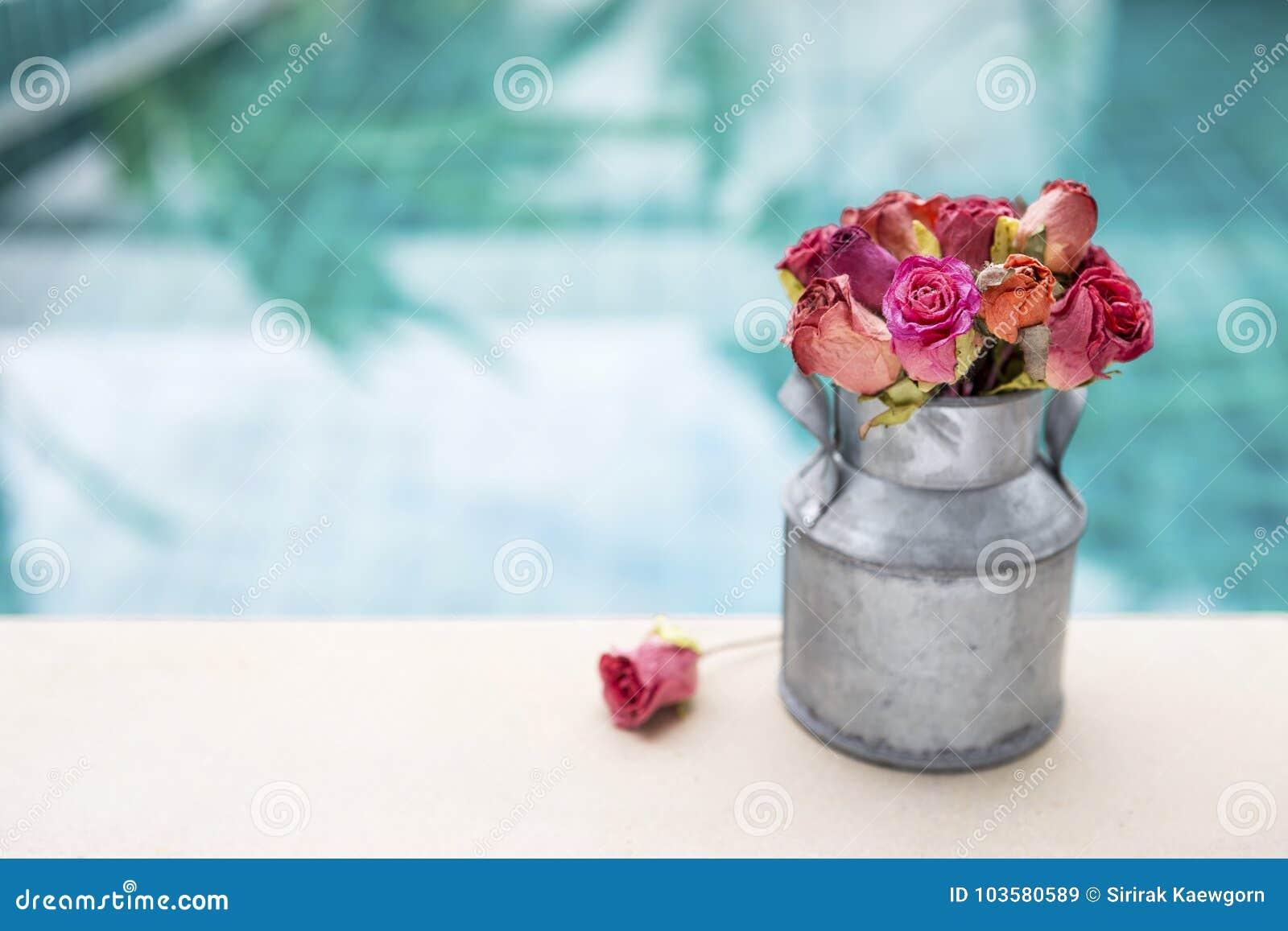 Το ζωηρόχρωμο έγγραφο αυξήθηκε λουλούδι στο δοχείο κασσίτερου