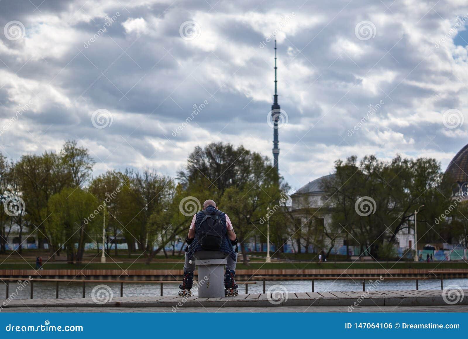 Το ηλικιωμένο μηχανικό δίκυκλο έχει μια συνεδρίαση υπολοίπου που έχει κινήσει χώρια τα πόδια την άνοιξη