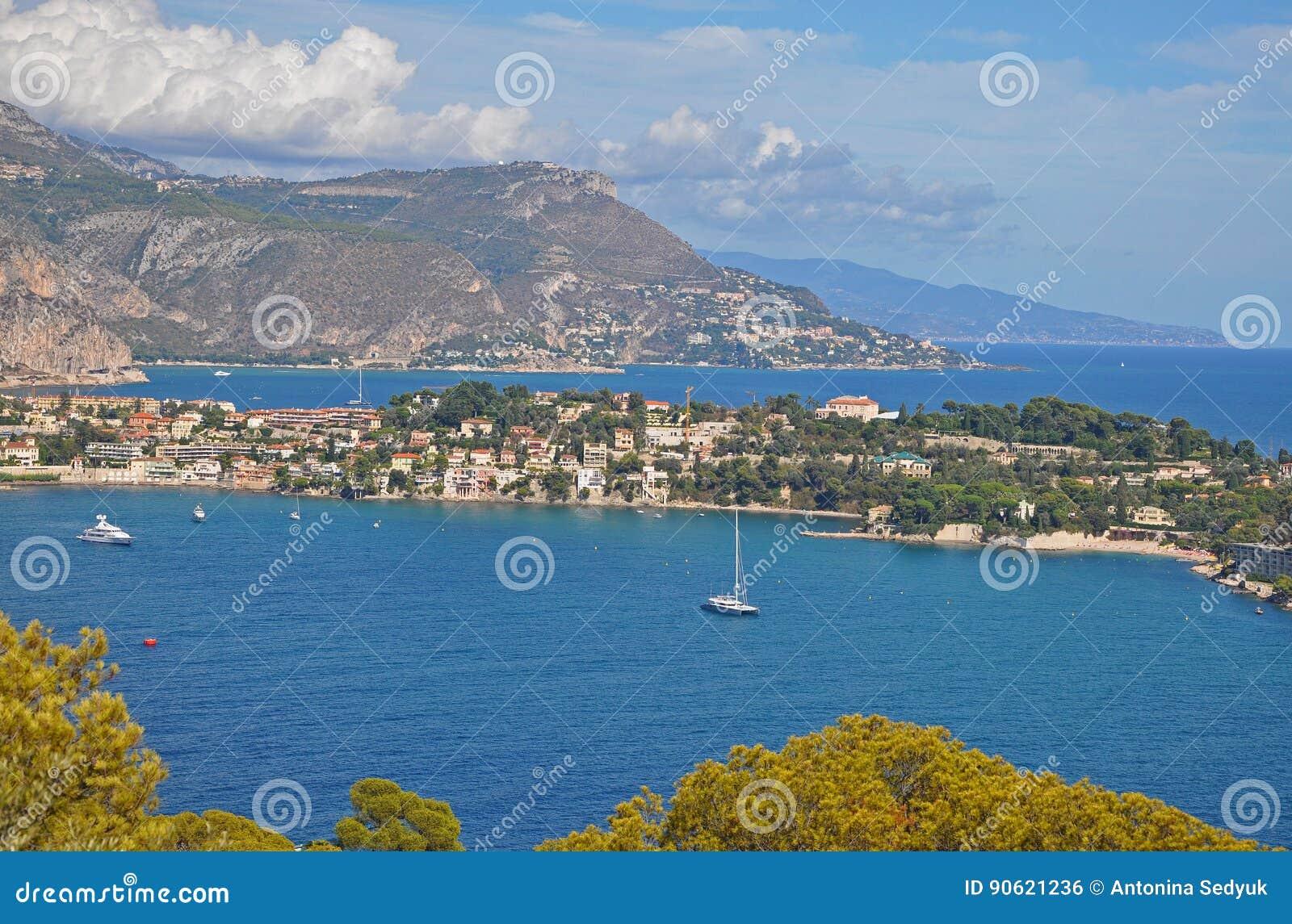Το θαυμάσιο τοπίο των κόλπων της Νίκαιας, των βουνών, της μπλε θάλασσας και του SK