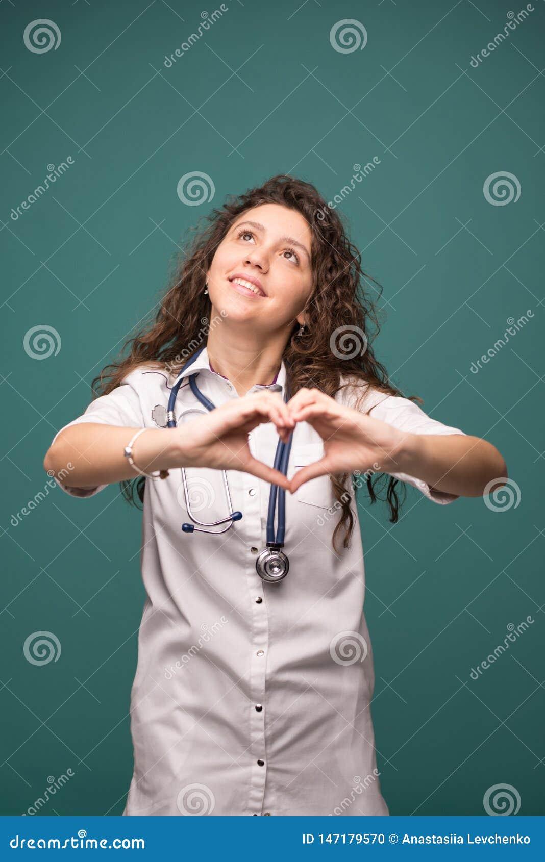 Το θηλυκό γιατρών παρουσιάζει καλό σημάδι στο πράσινο διάστημα αντιγράφων υποβάθρου witn έννοια υγείας r
