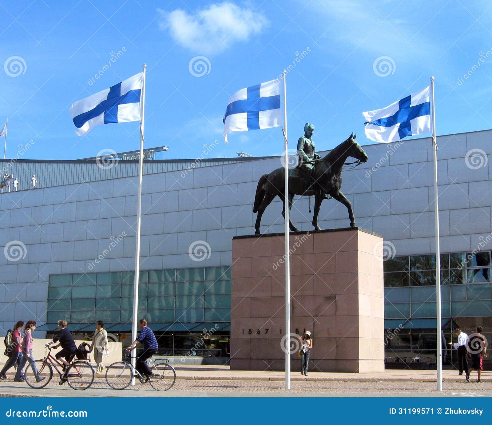 Το διάσημο άγαλμα Mannerheim μπροστά από Kiasma, μουσείο του Ελσίνκι για τη σύγχρονη τέχνη