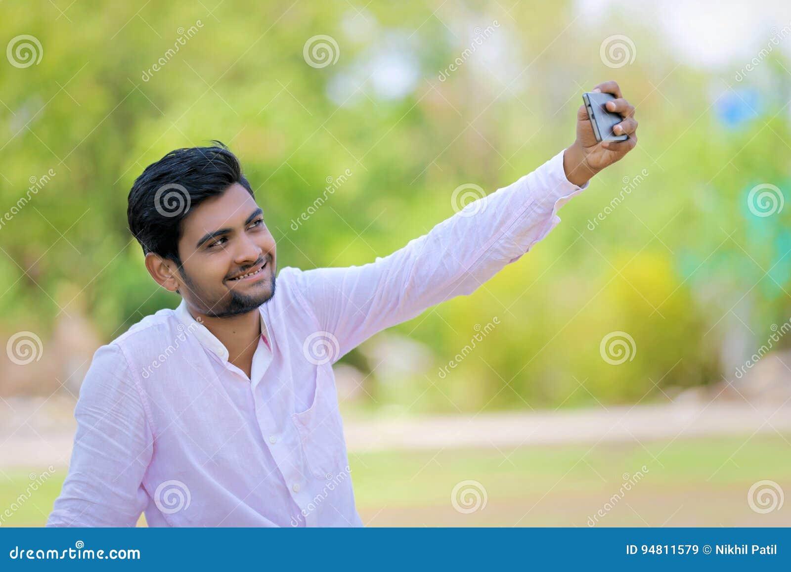 Το ινδικό άτομο χτυπά selfie με κινητό