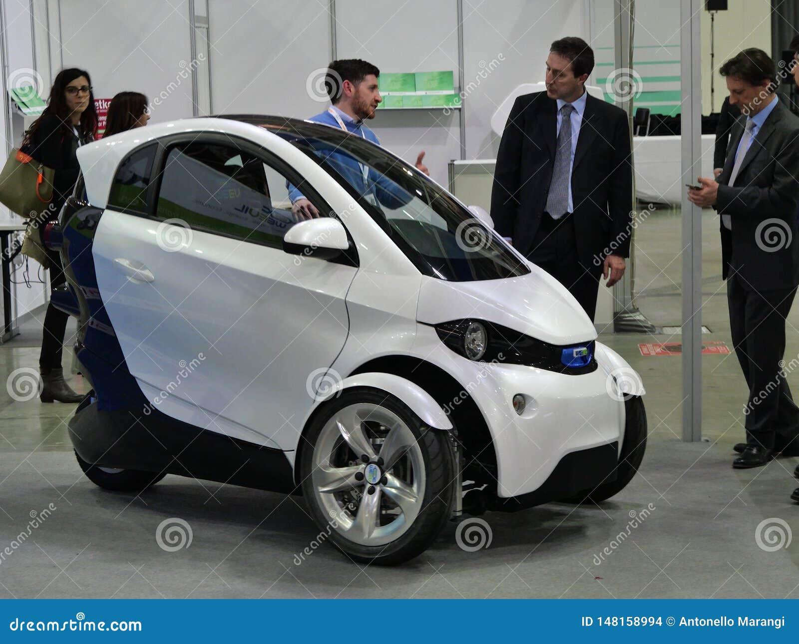 Το ιταλικό πανεπιστήμιο των σπουδαστών σχεδίου παρουσιάζει ένα όχημα πρωτοτύπων για τη βιώσιμη αστική κινητικότητα Τορίνο Ιταλία