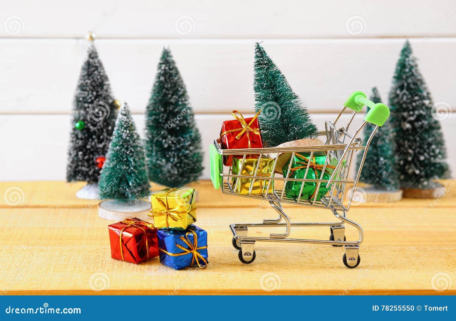 Το κάρρο αγορών με το χριστουγεννιάτικο δέντρο και παρουσιάζει