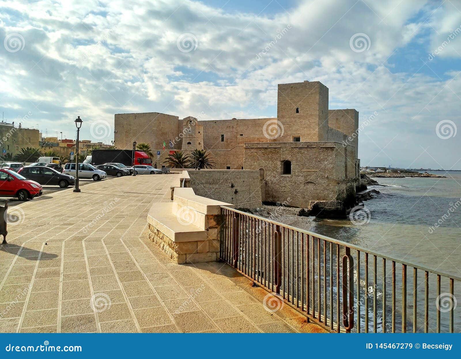 Το κάστρο του παλαιού οχυρού Trani - φυσική μικρή πόλη στην Πούλια, Ιταλία