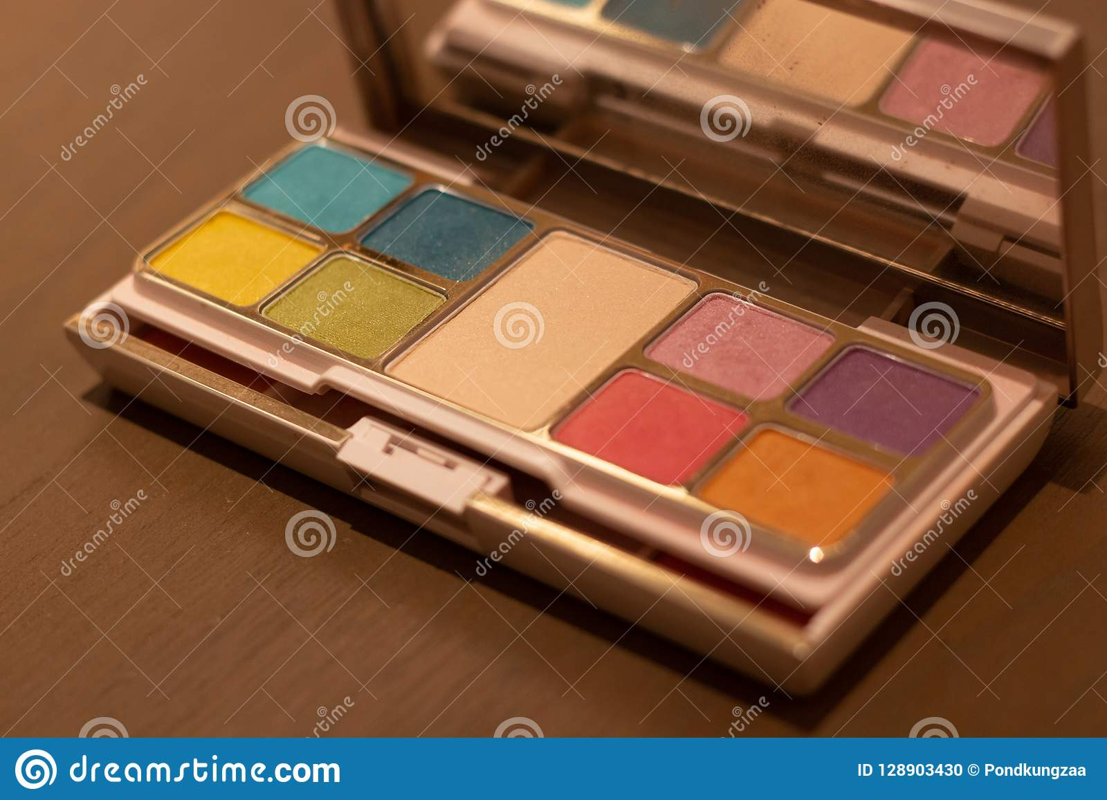 Το καλλυντικό κιβώτιο σκονών έθεσε σε πολλούς το χρώμα στον ξύλινο πίνακα