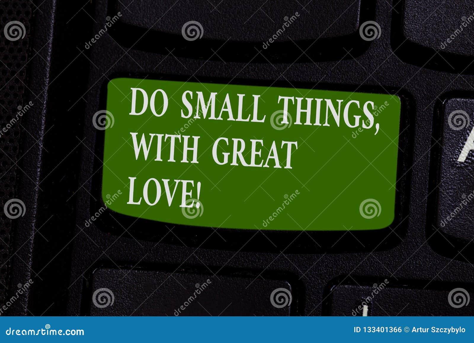 Το κείμενο γραψίματος λέξης κάνει τα μικρά πράγματα με τη μεγάλη αγάπη Η επιχειρησιακή έννοια για το κίνητρο εμπνέει για να κάνει