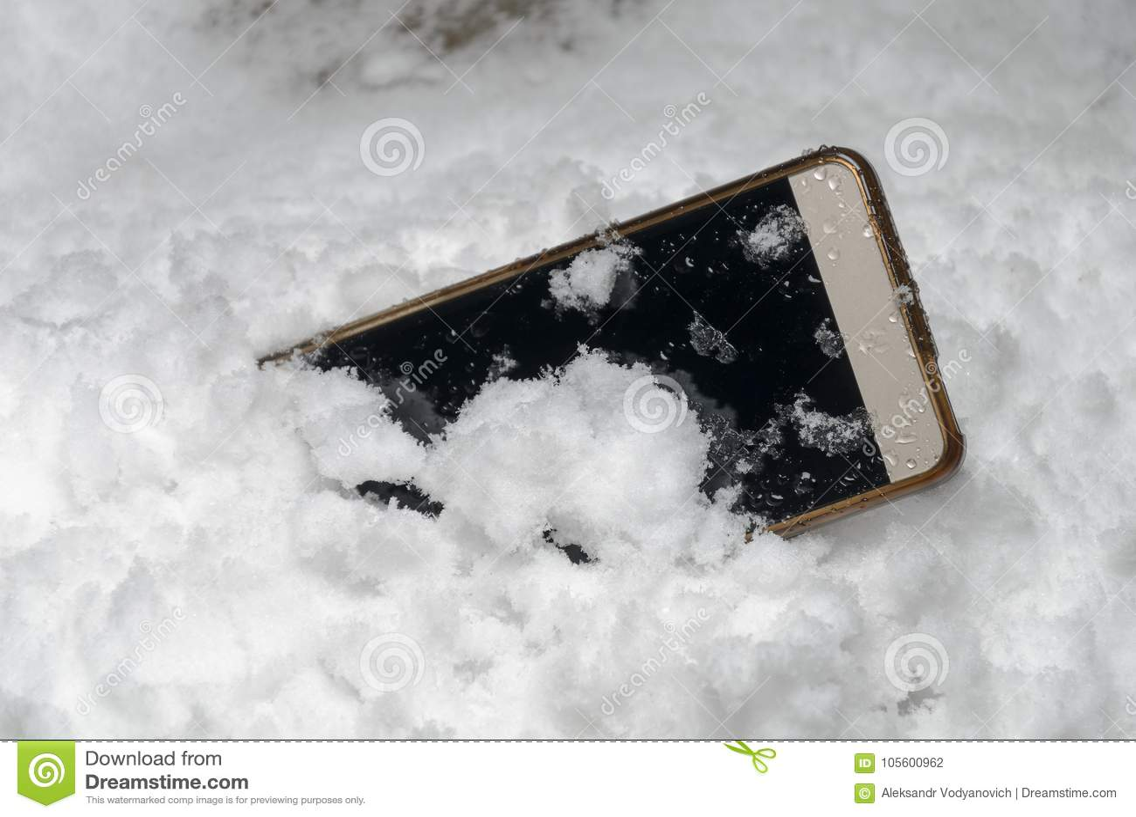 Το κινητό τηλέφωνο έπεσε τυχαία έξω και χάθηκε στο χιόνι