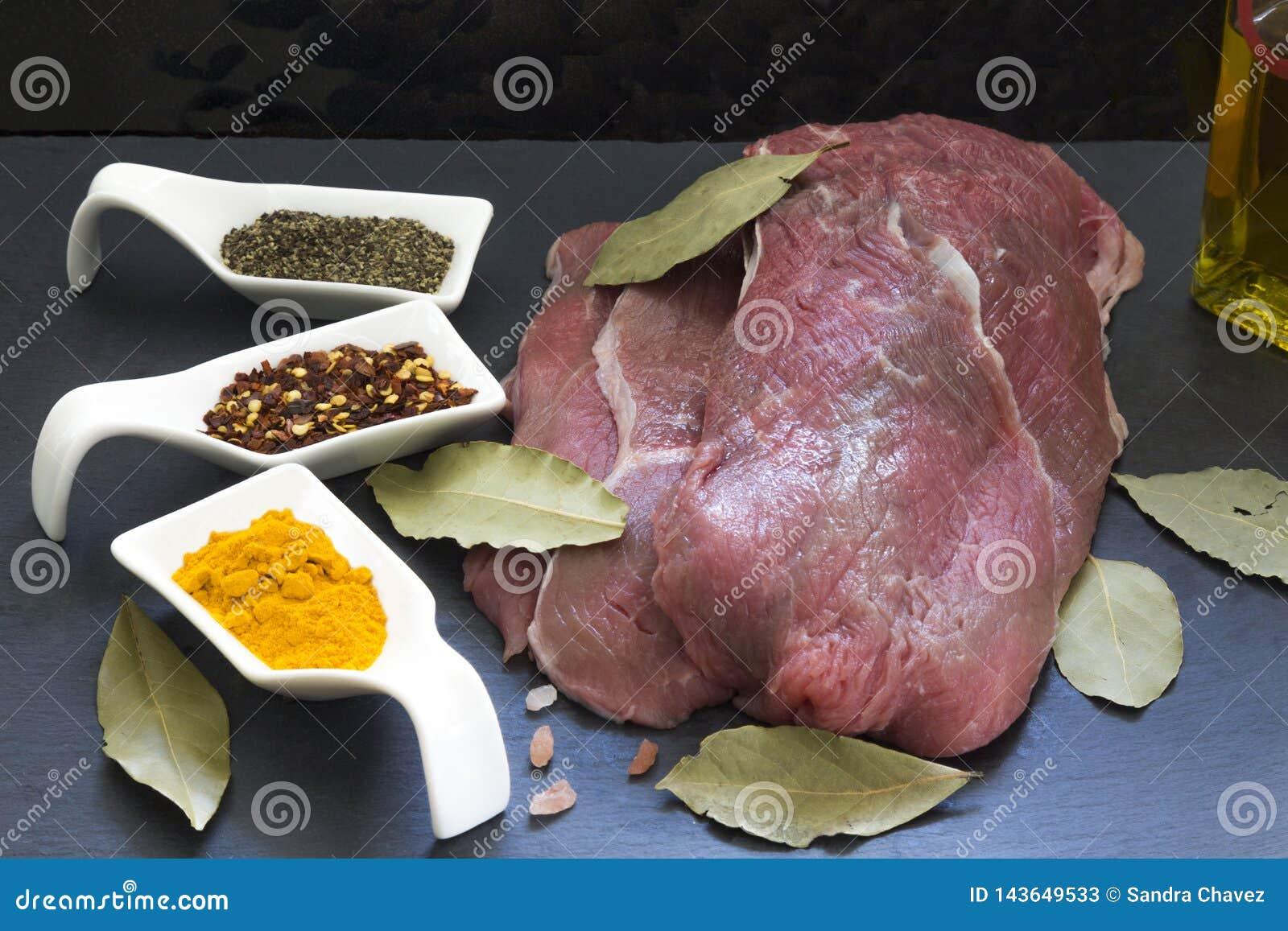 Το κομμάτι του κρέατος έτοιμο να προετοιμαστεί, με τα αντίστοιχους είδη και τον κόλπο τους φεύγει