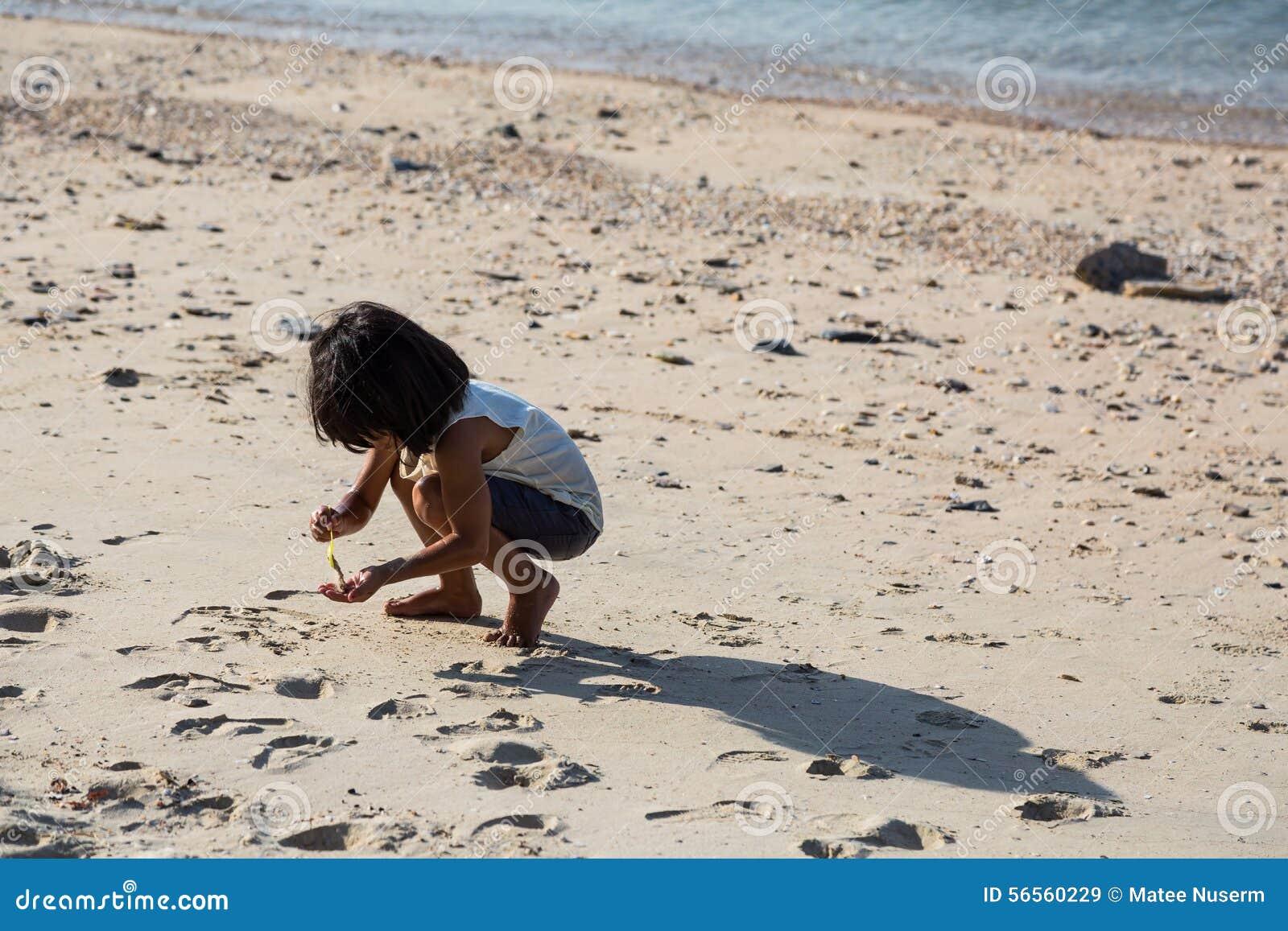 Download Το κορίτσι έχει τη διασκέδαση μόνο Εκδοτική Στοκ Εικόνα - εικόνα από καλοκαίρι, ταϊλάνδη: 56560229