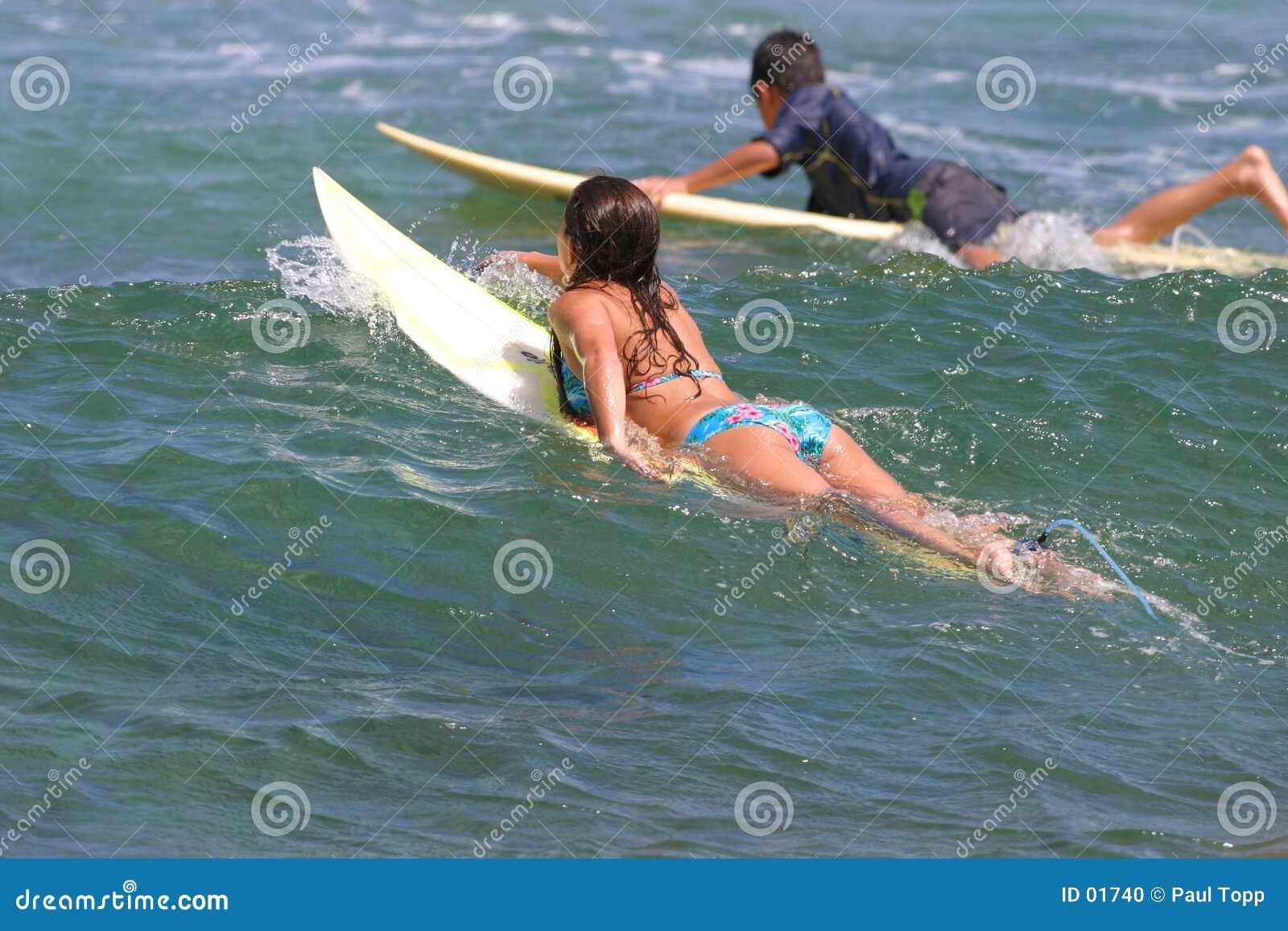 το κορίτσι αγοριών πηγαίνει κάνοντας σερφ νεολαίες της Χαβάης