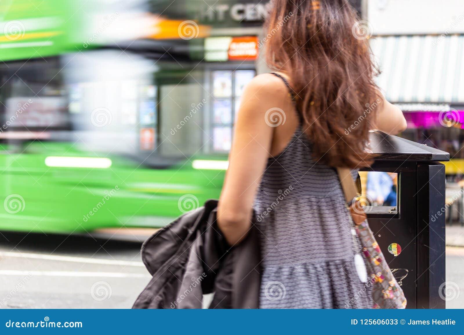 Το κορίτσι βάζει τα απορρίματα στο δοχείο καθώς το λεωφορείο περνά από στο Εδιμβούργο