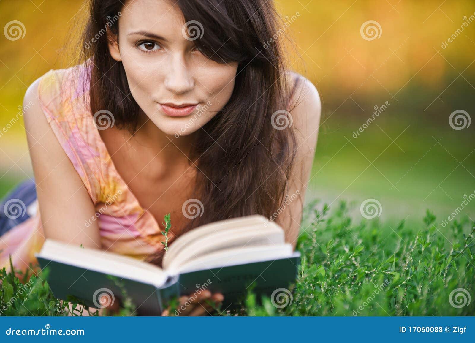 το κορίτσι βιβλίων διαβάζ&e