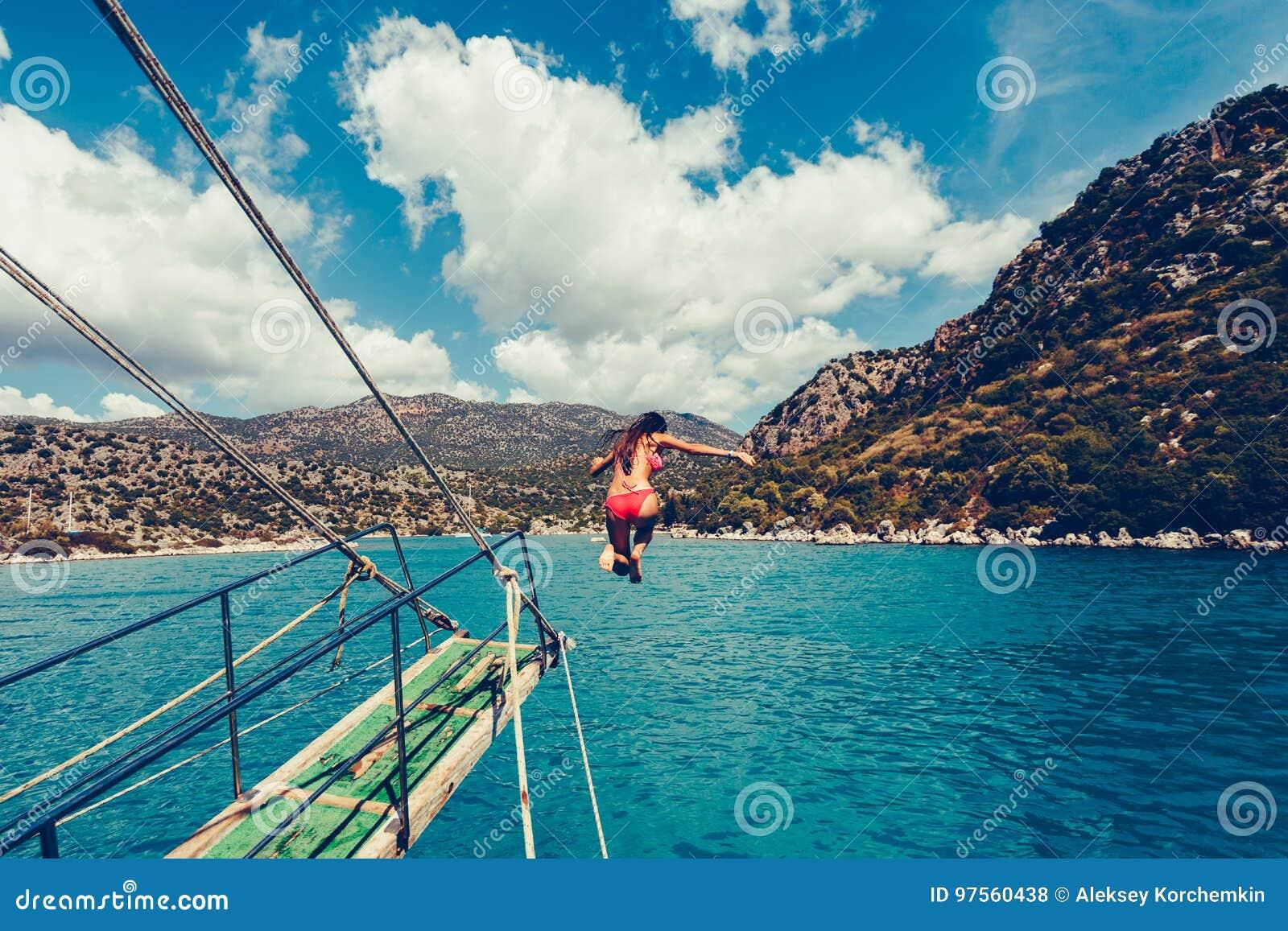 Το κορίτσι βουτά ή πηδά