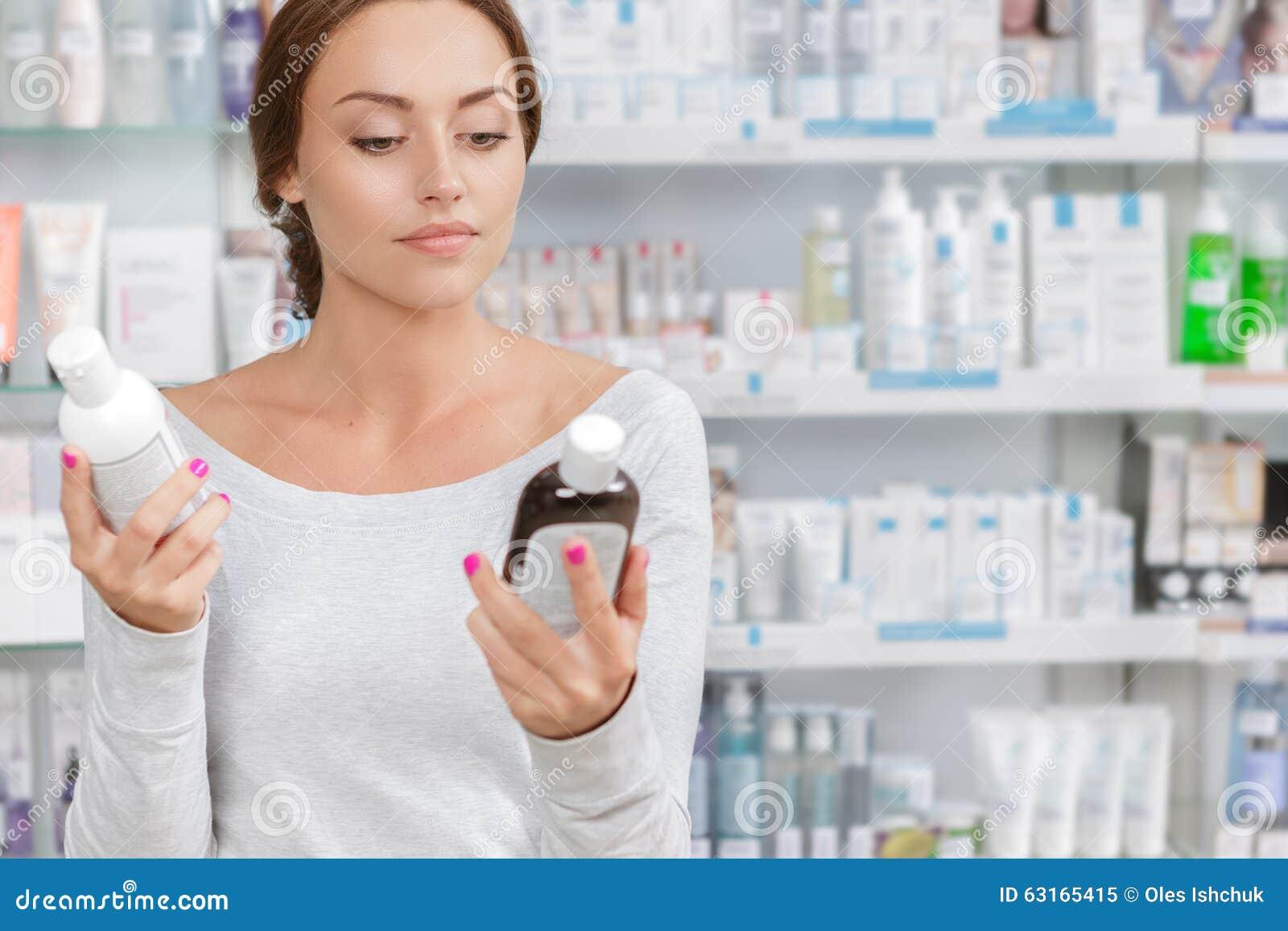 Το κορίτσι δεν μπορεί να αποφασίσει τι για να αγοράσει μέσα το φαρμακείο