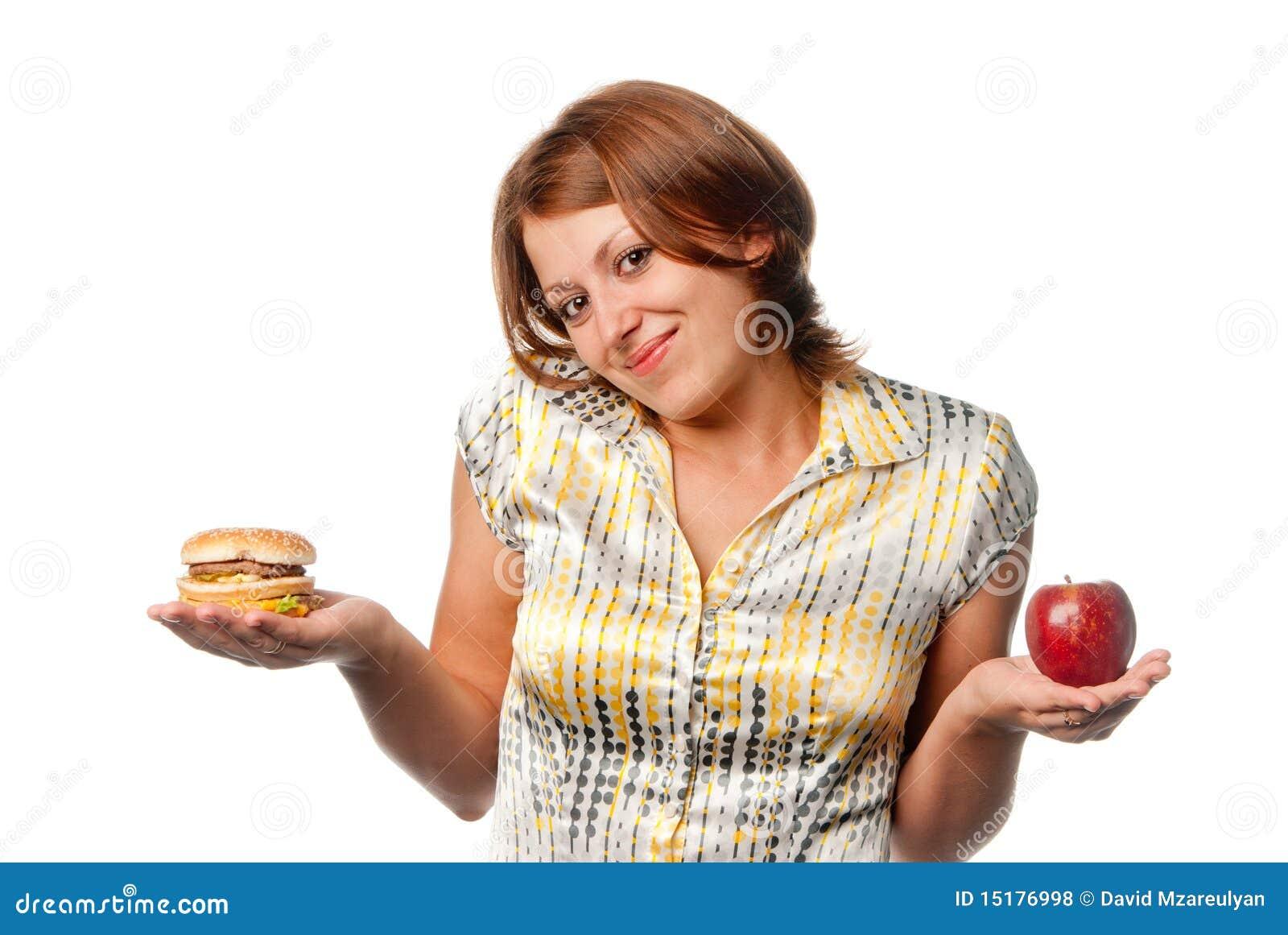 Το κορίτσι επιλέγεται μεταξύ του μήλου και του χάμπουργκερ