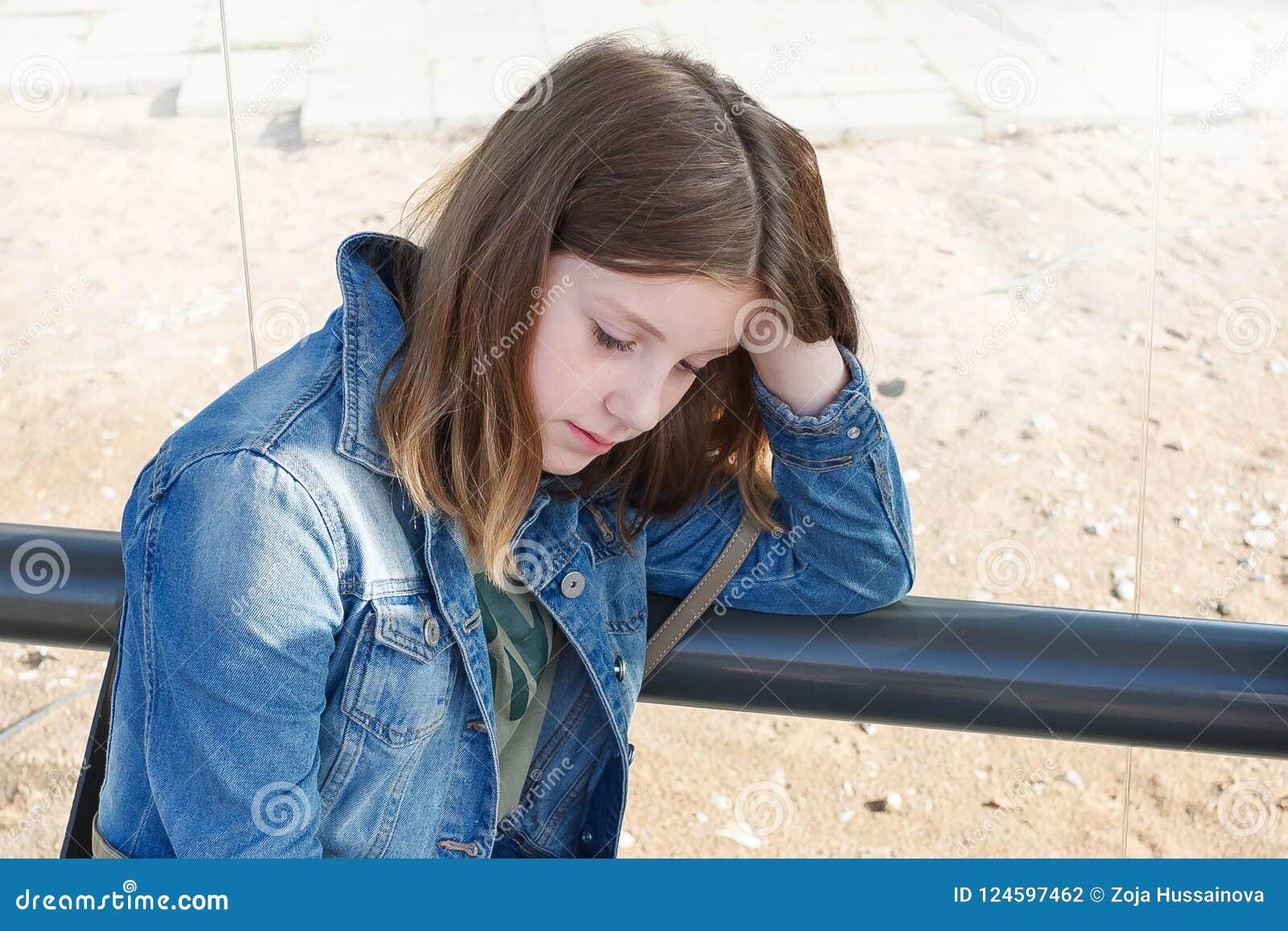 Το κορίτσι εφήβων είναι λυπημένο ταραγμένο κοίταγμα έχει κάτω ένα πρόβλημα