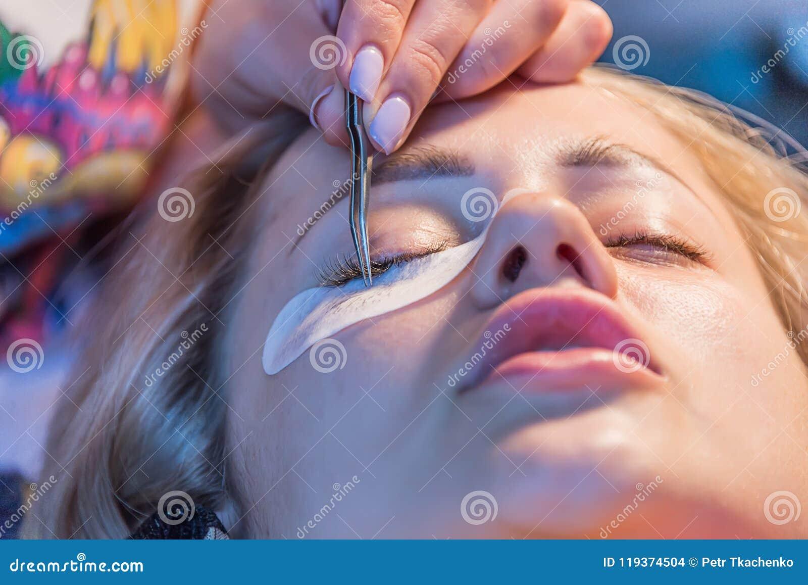 Το κορίτσι κολλά eyelashes