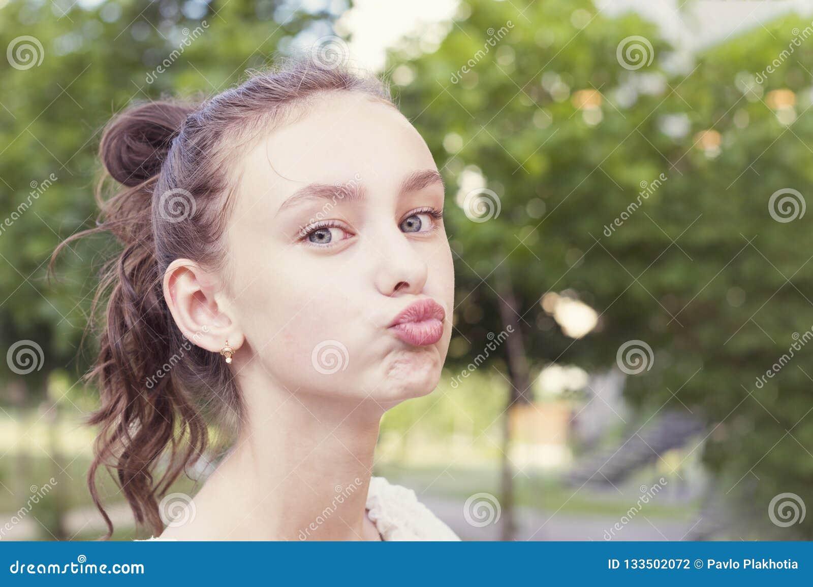 Το κορίτσι κρατά τα χείλια όπως πηγαίνοντας να φιλήσει κάποιο
