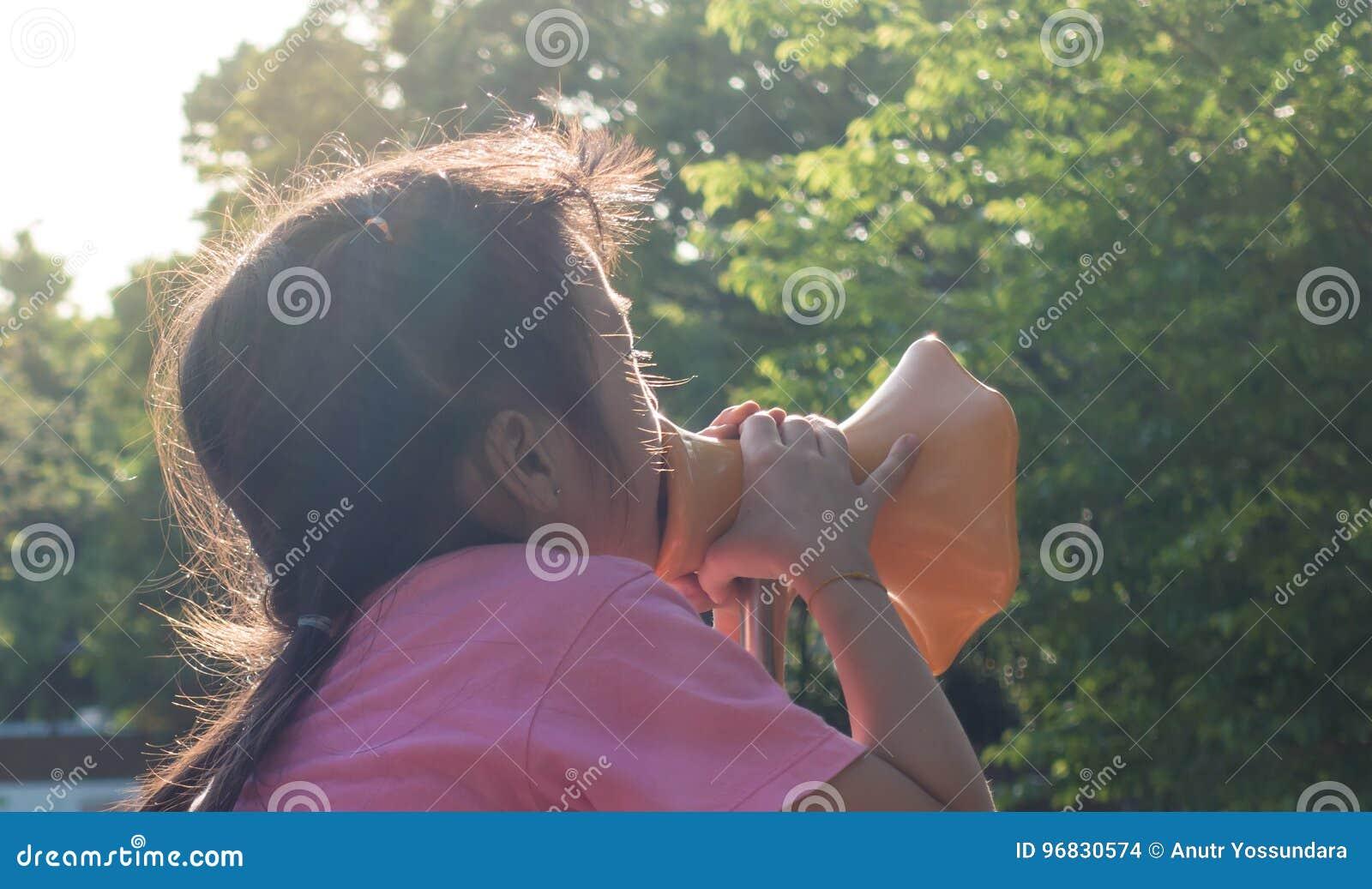Το κορίτσι κραυγάζει έξω Megaphone