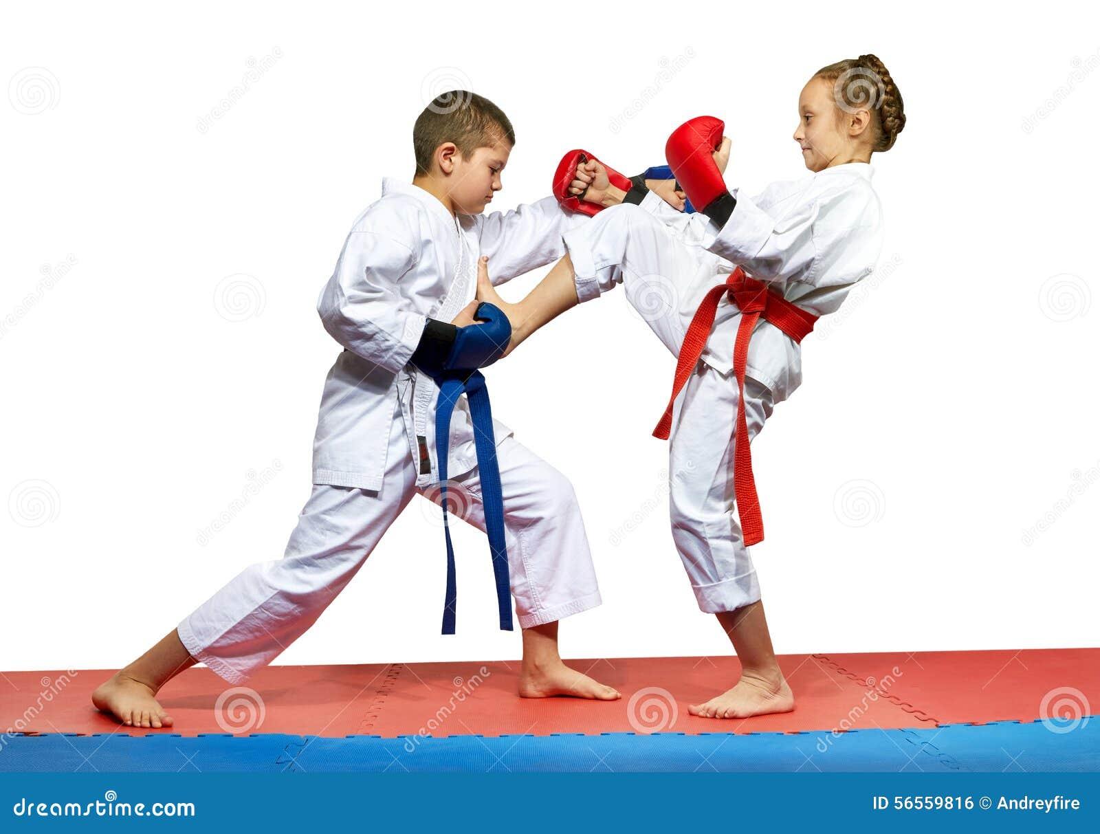 Download Το κορίτσι κτυπά Mae το αγόρι Geri κτυπά το Kizami Tsuki Στοκ Εικόνες - εικόνα από επιτυχία, φίλων: 56559816