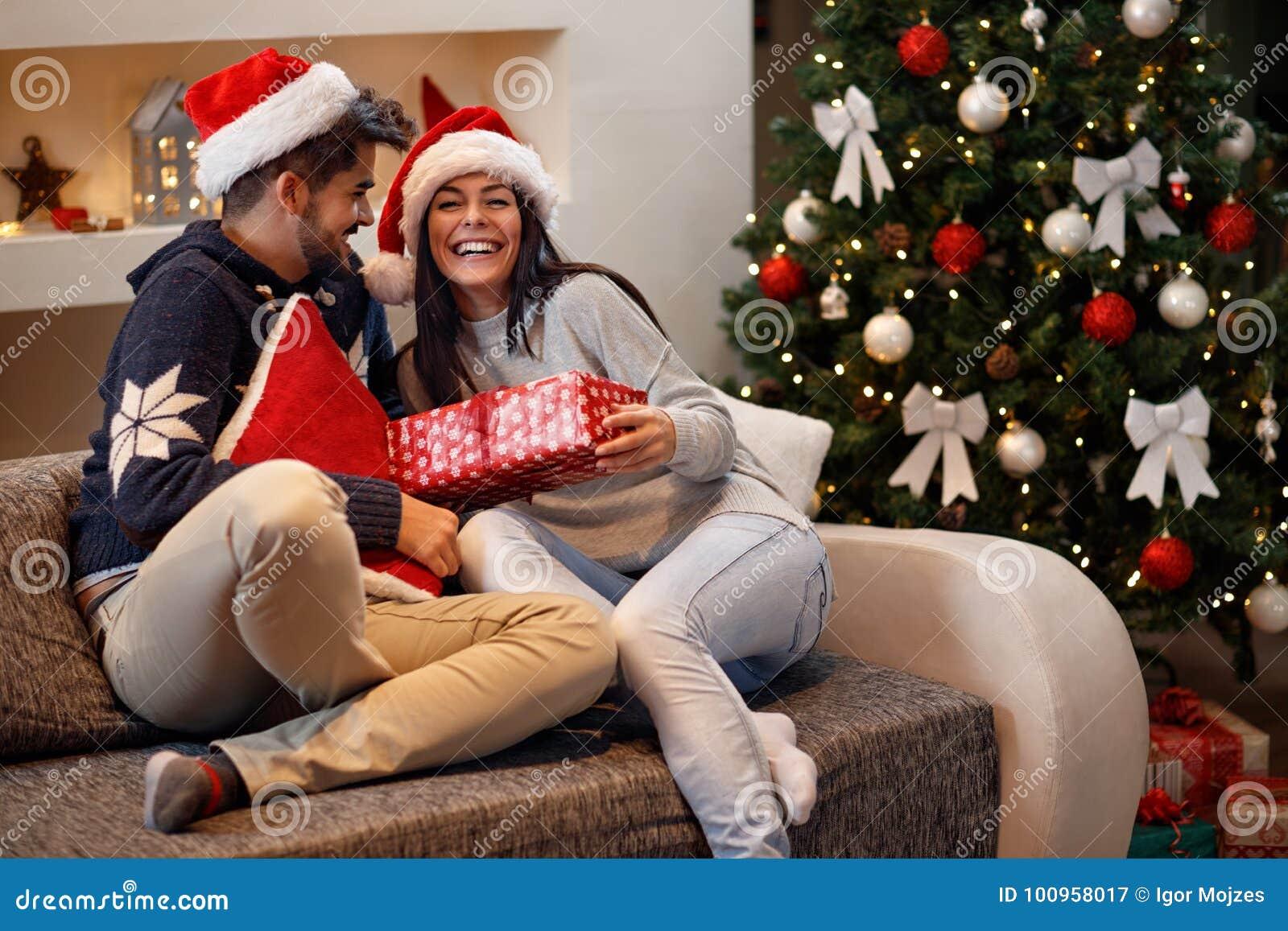 Το κορίτσι λαμβάνει το παρόν από το αγόρι για τις διακοπές