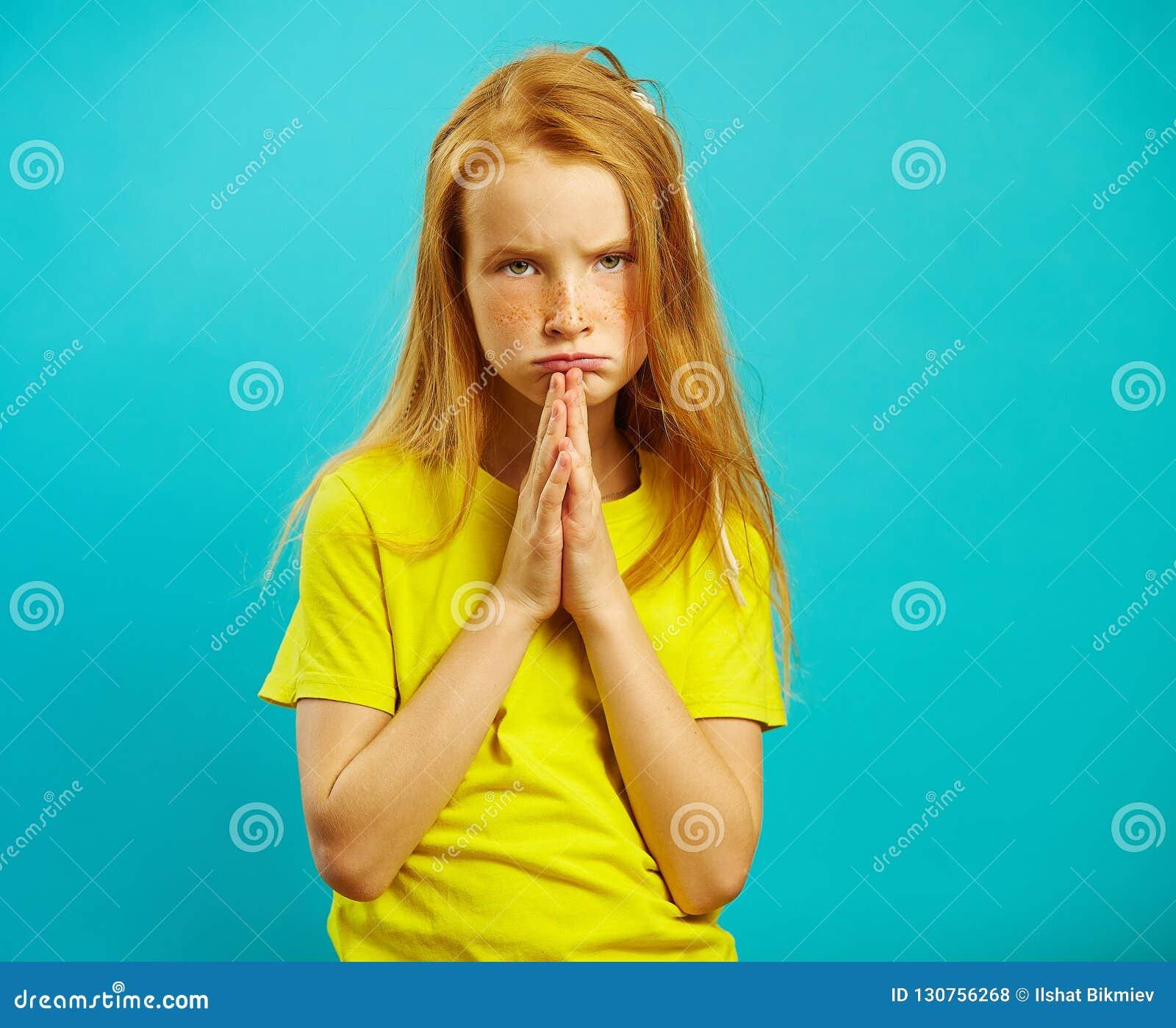 Το κορίτσι με τα λυπημένα μάτια ζητά να της αγοράσει κάτι, διπλωμένος παραδίδει το φοίνικα του στήθους, εκφράζει ένα αίτημα, έχει