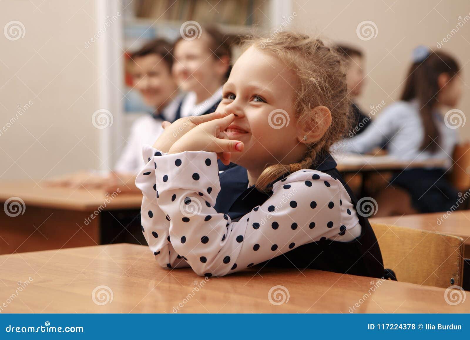 Το κορίτσι με την αύξηση ταμπλετών παραδίδει την κατηγορία δημοτικών σχολείων