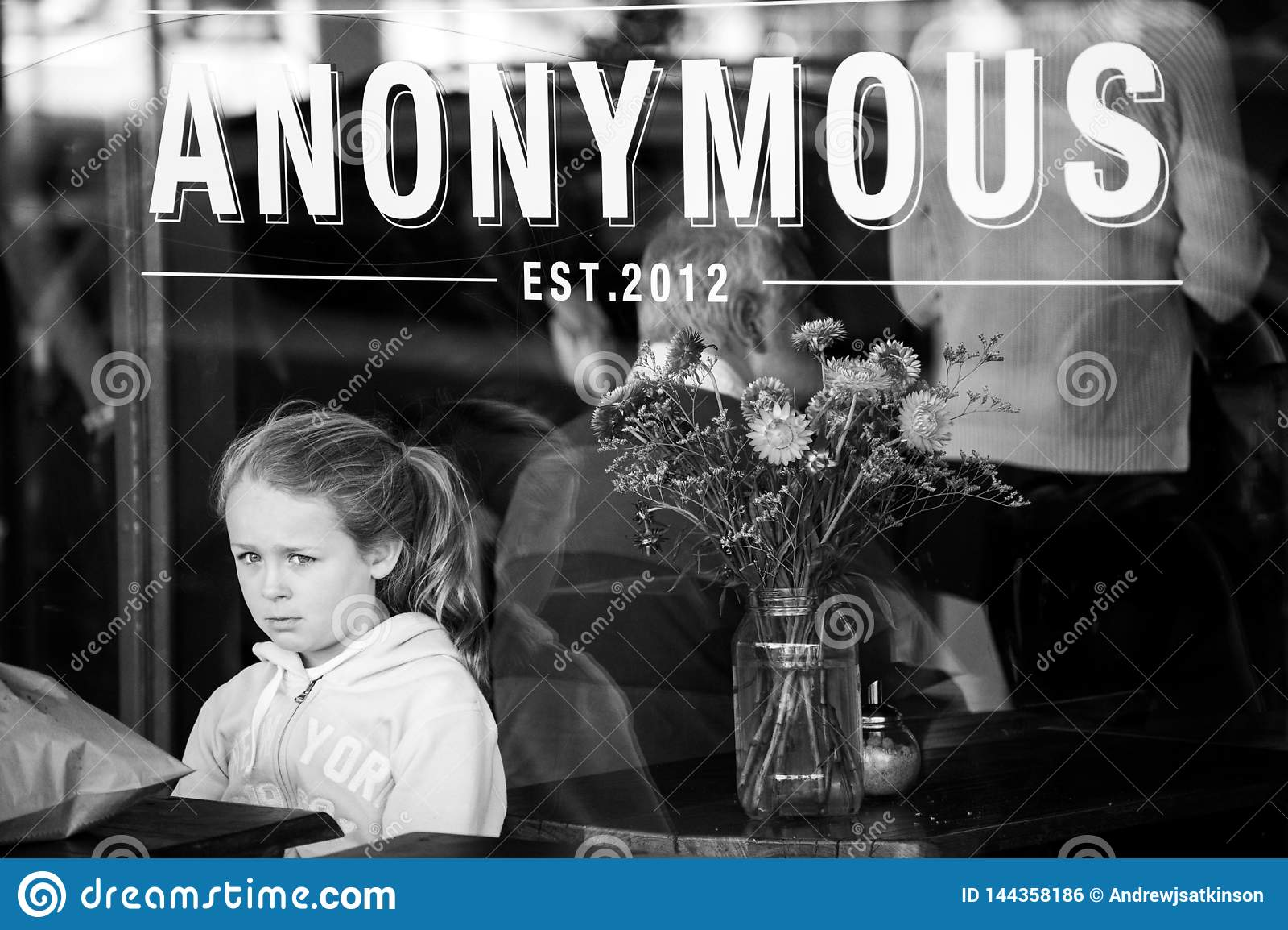 Το κορίτσι περιμένει τη διαταγή μόνο σε έναν καφέ λυπημένο και μόνο