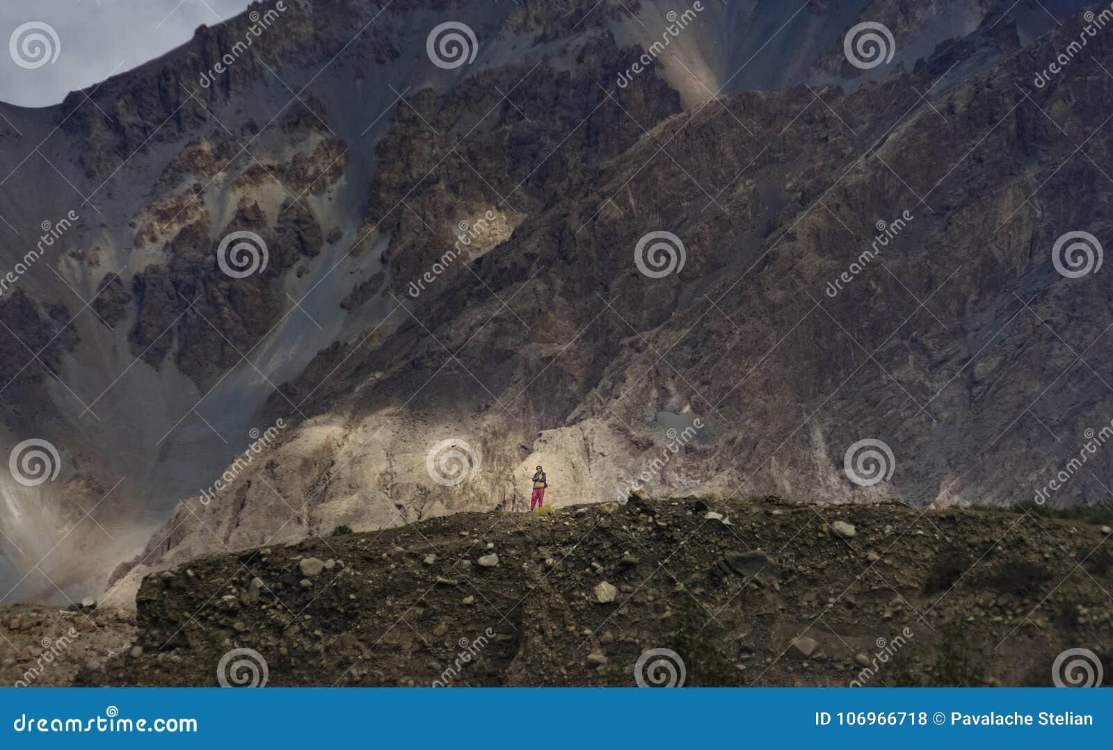 Το κορίτσι που αναρριχείται στα βουνά γύρω από το χωριό για να παρατηρήσει την επιστροφή των ατόμων από τα βουνά