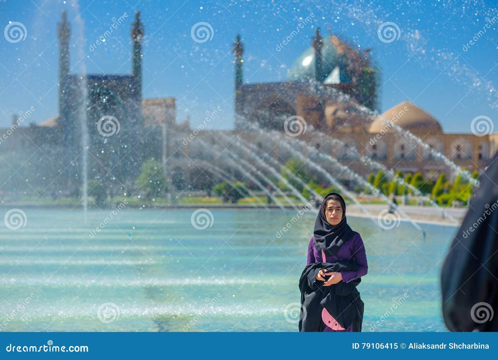 Το κορίτσι σε ένα hijab είναι στο τετράγωνο ιμαμών στο Ισφαχάν