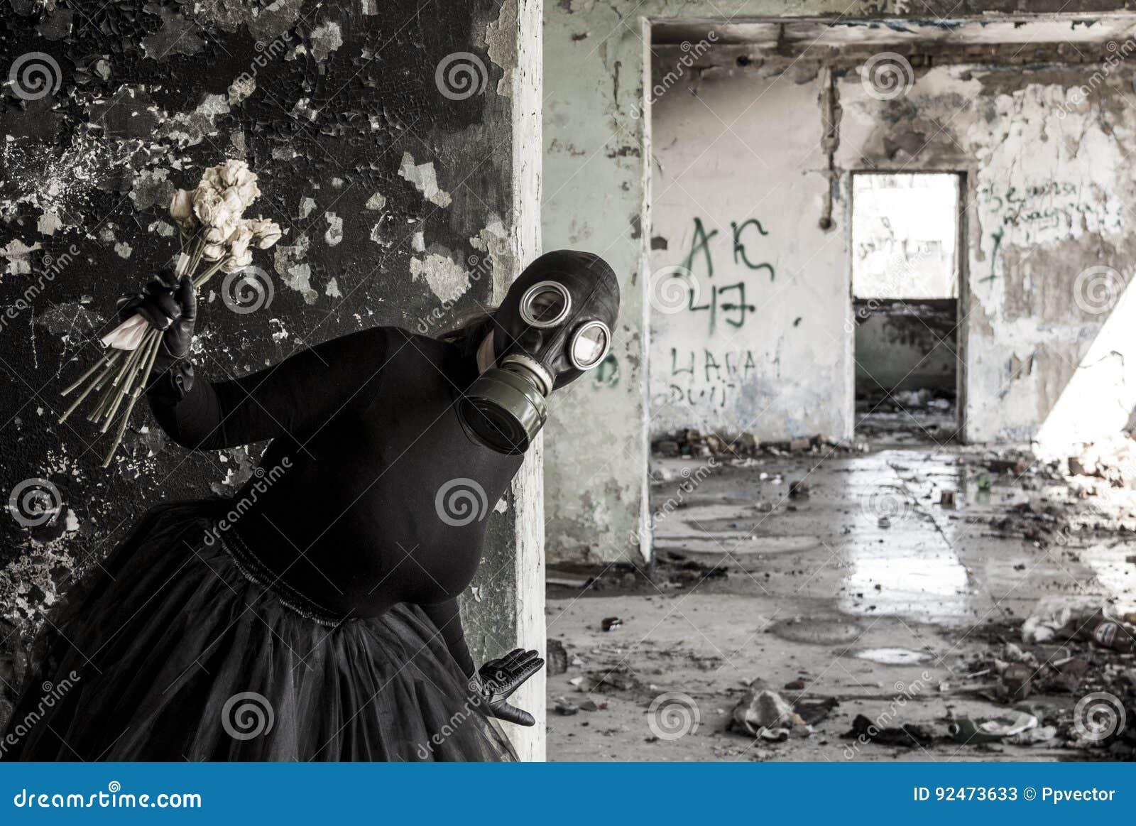 Το κορίτσι σε μια μάσκα αερίου Η απειλή της οικολογίας
