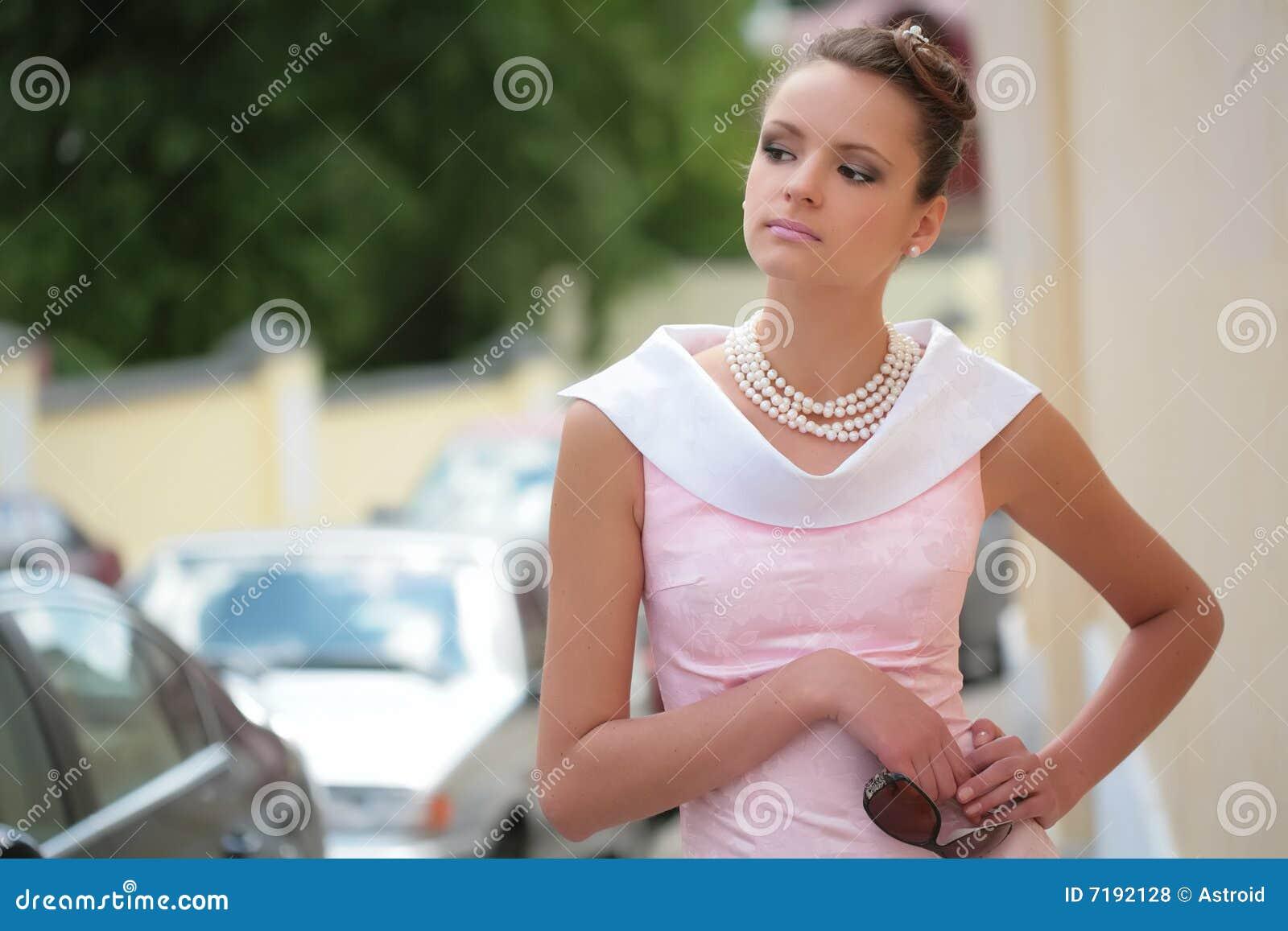το κορίτσι φορεμάτων αυξήθηκε λευκό