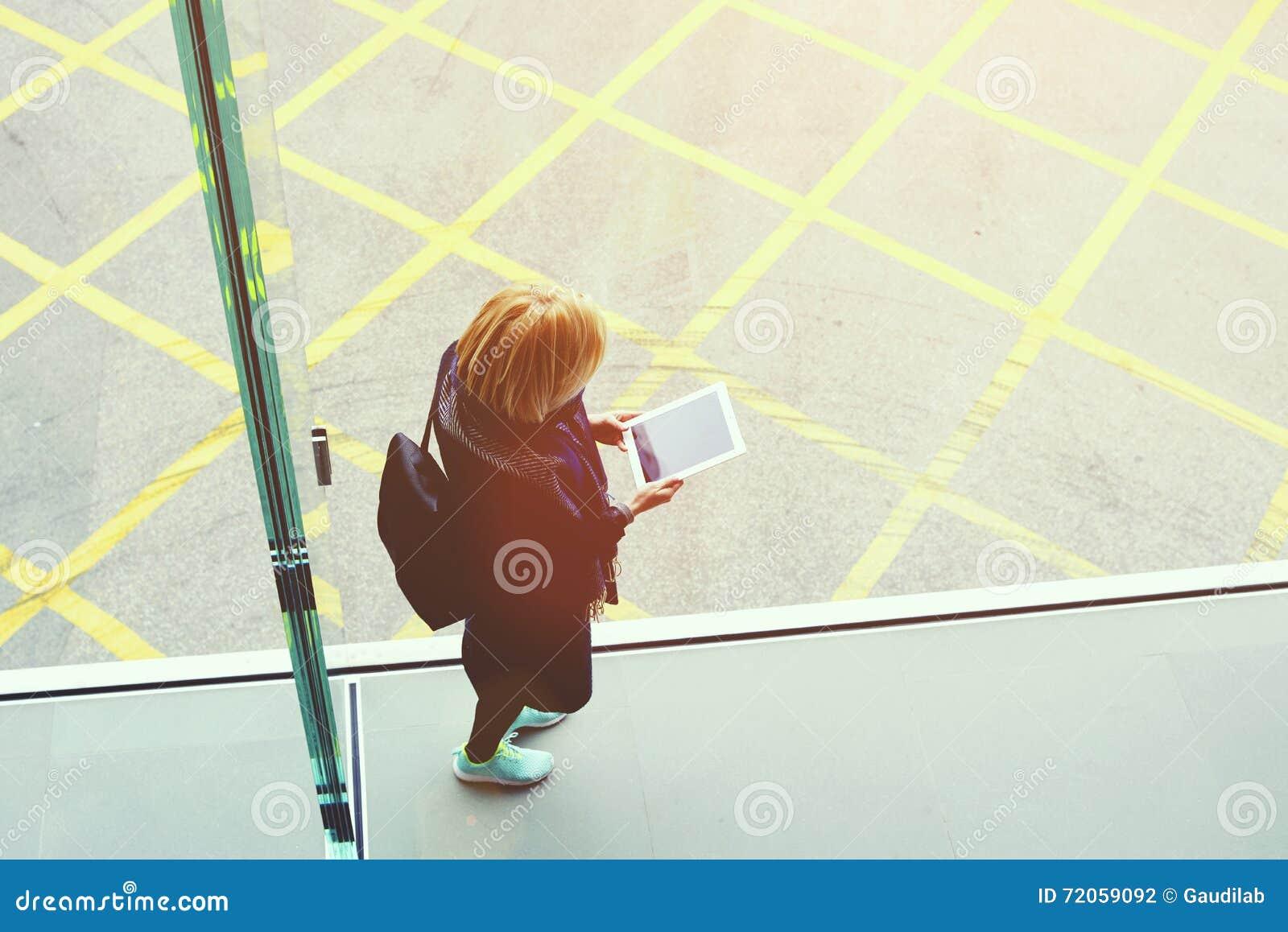 Το κορίτσι Hipster κρατά την ψηφιακή ταμπλέτα με τη διαστημική οθόνη αντιγράφων για το περιεχόμενό σας
