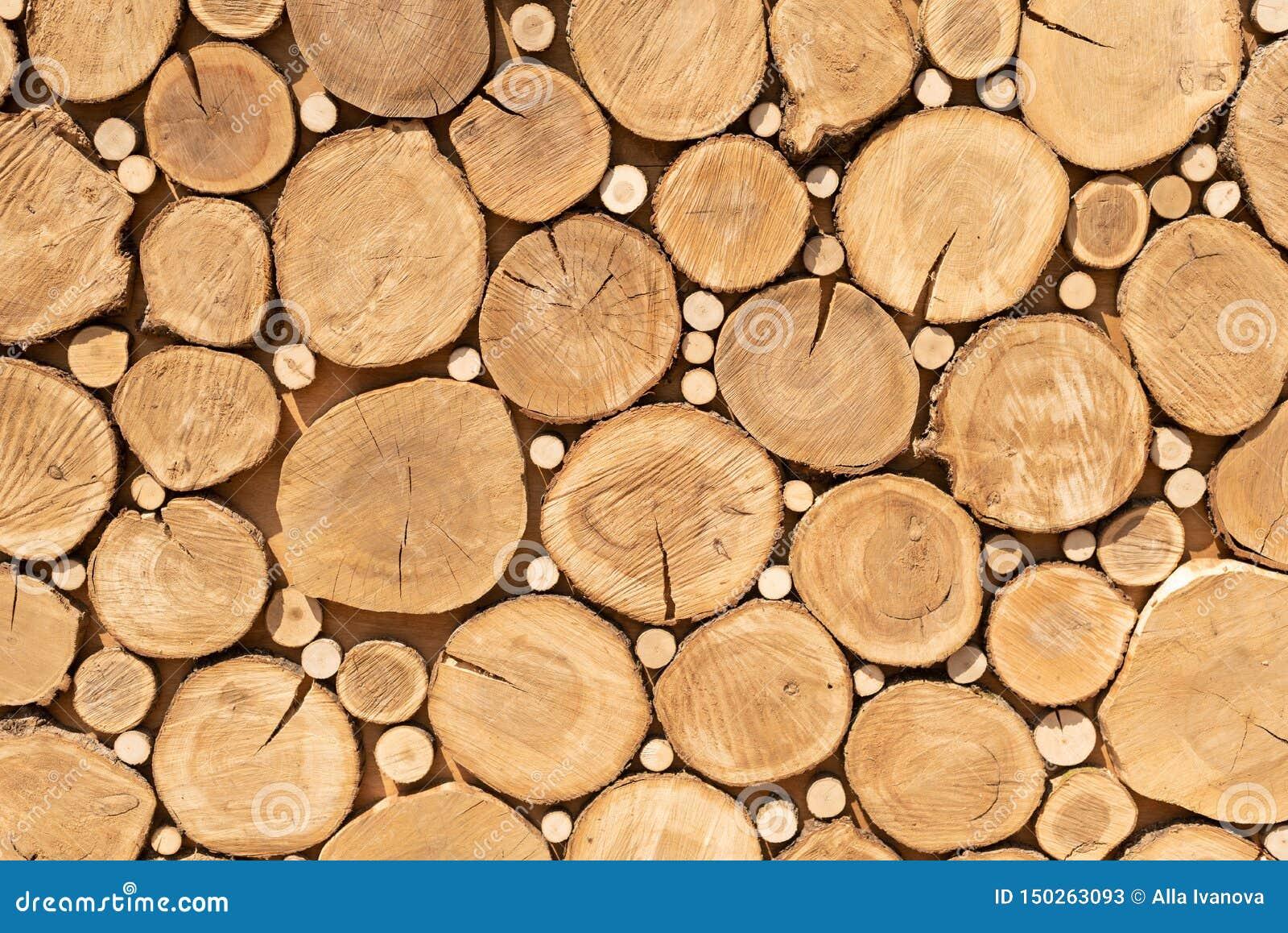 Το κούτσουρο κόβει κοντά επάνω Σωρός των κούτσουρων o Περικοπές κούτσουρων που προετοιμάζονται για την εστία woodpile Σύσταση σχε