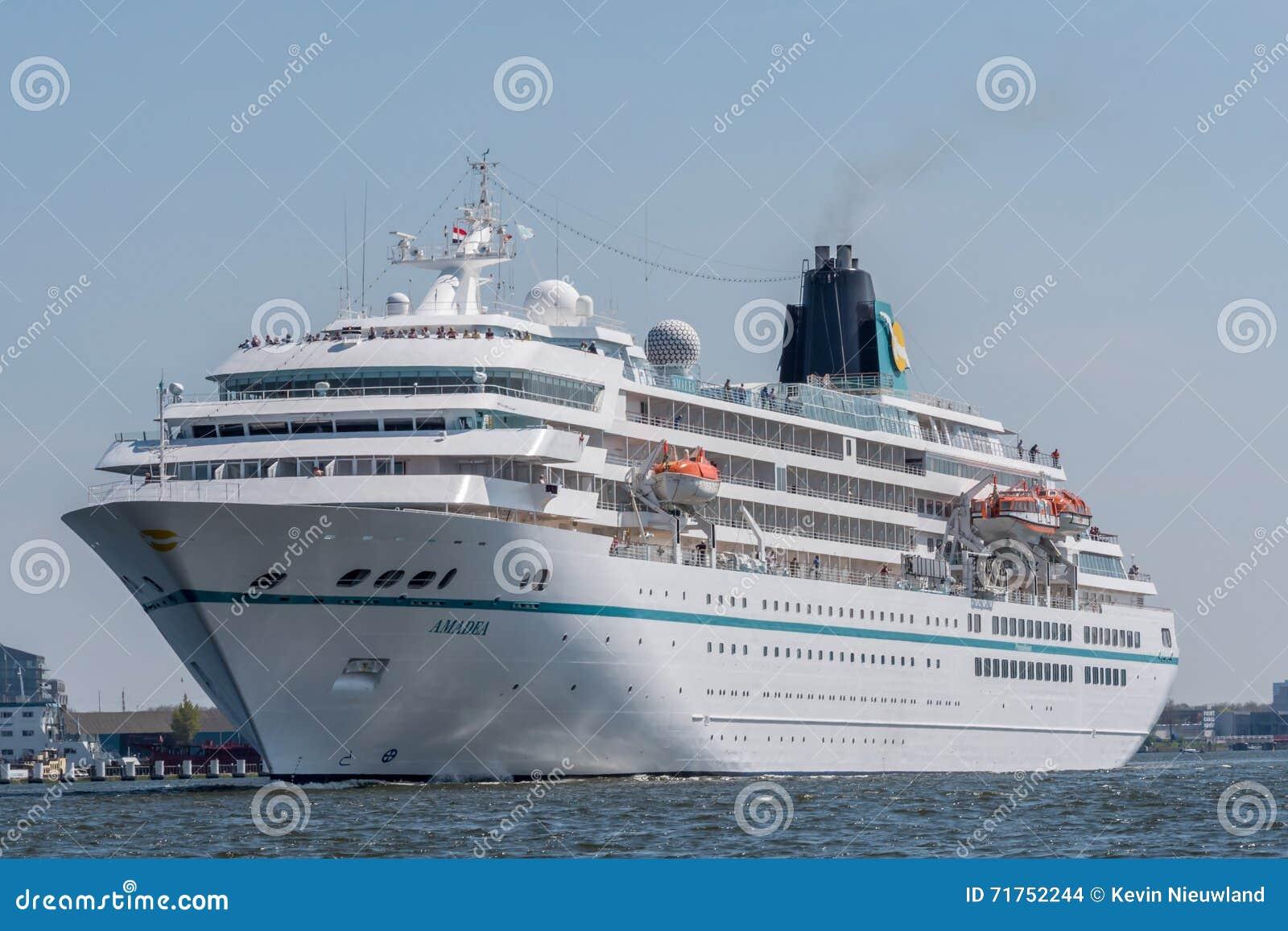 Το κρουαζιερόπλοιο Amadea πλέει στο Noordzeekanaal