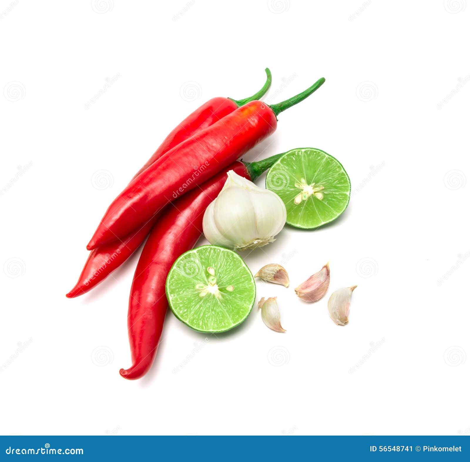 Το κόκκινο λεμόνι τσίλι, σκόρδου και ασβέστη τακτοποιεί στο άσπρο υπόβαθρο