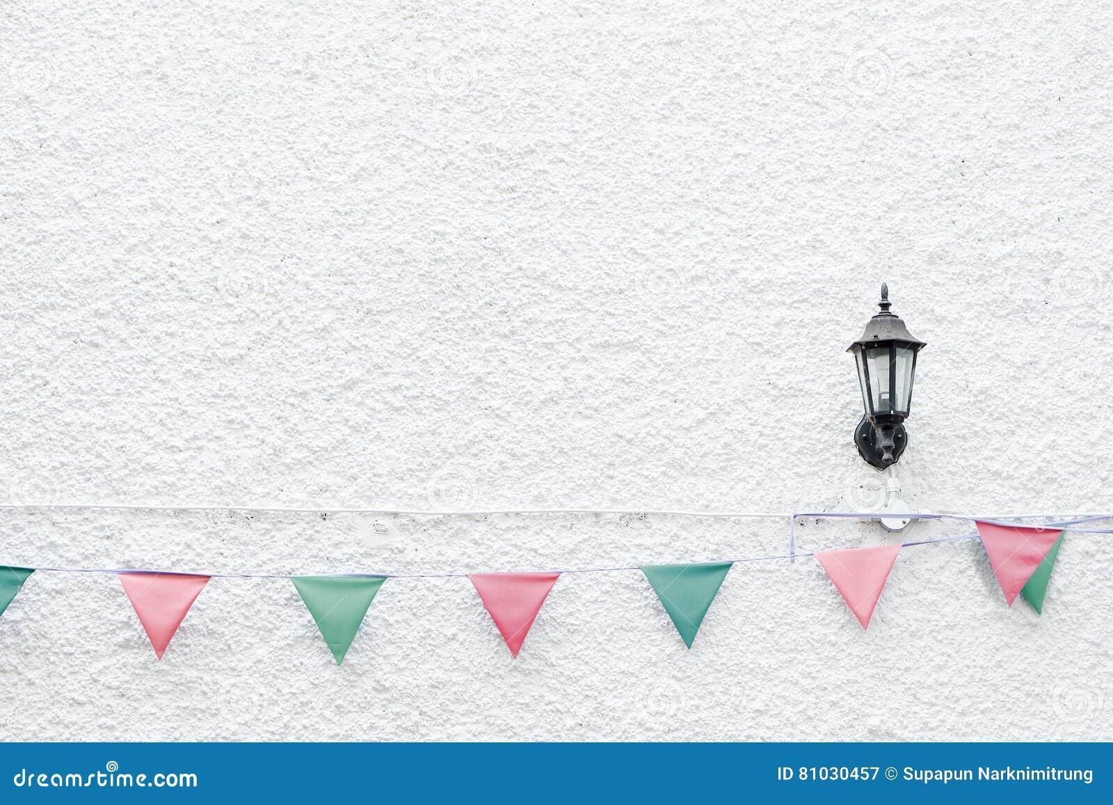Το κόμμα Χαρούμενα Χριστούγεννας σημαιοστολίζει την ένωση υφάσματος στο άσπρο υπόβαθρο τοίχων στο γεγονός διακοπών παραμονής MAS