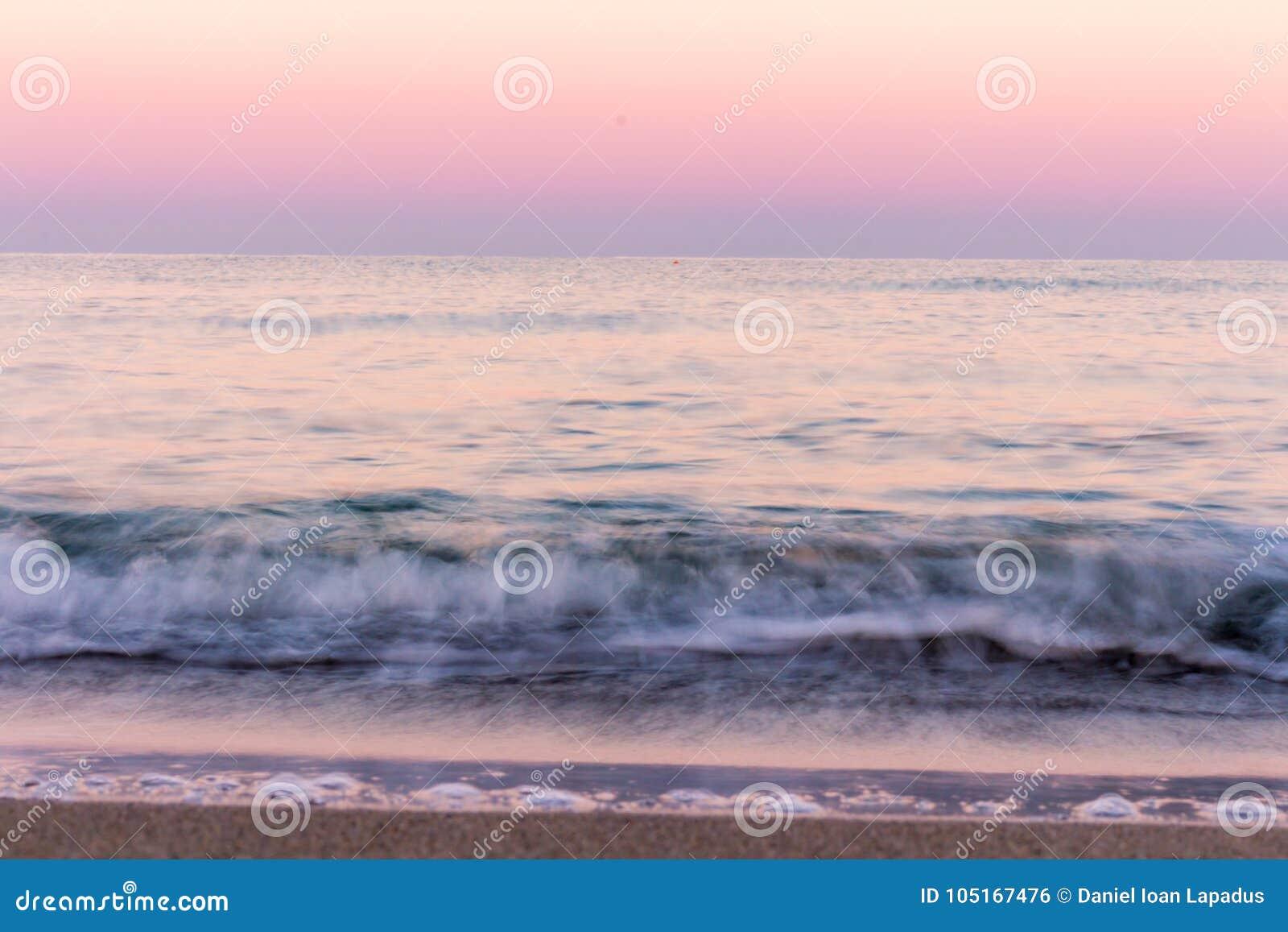 το κύμα Χρώματα ανατολής που απεικονίζονται στο θαλάσσιο νερό