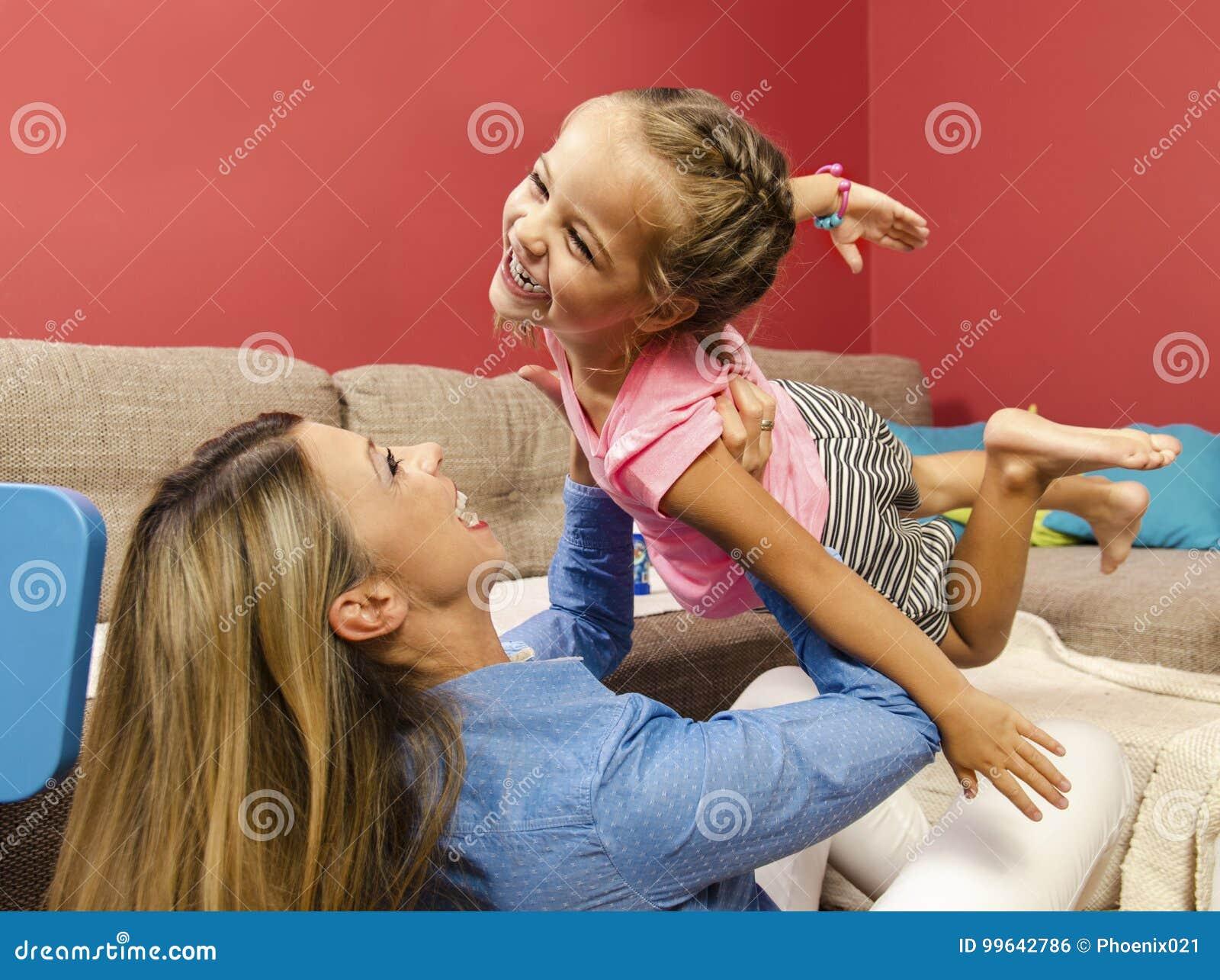 Το λατρευτό ευτυχές πέταγμα μικρών κοριτσιών ρίχνει τον αέρα στα όπλα μητέρων της