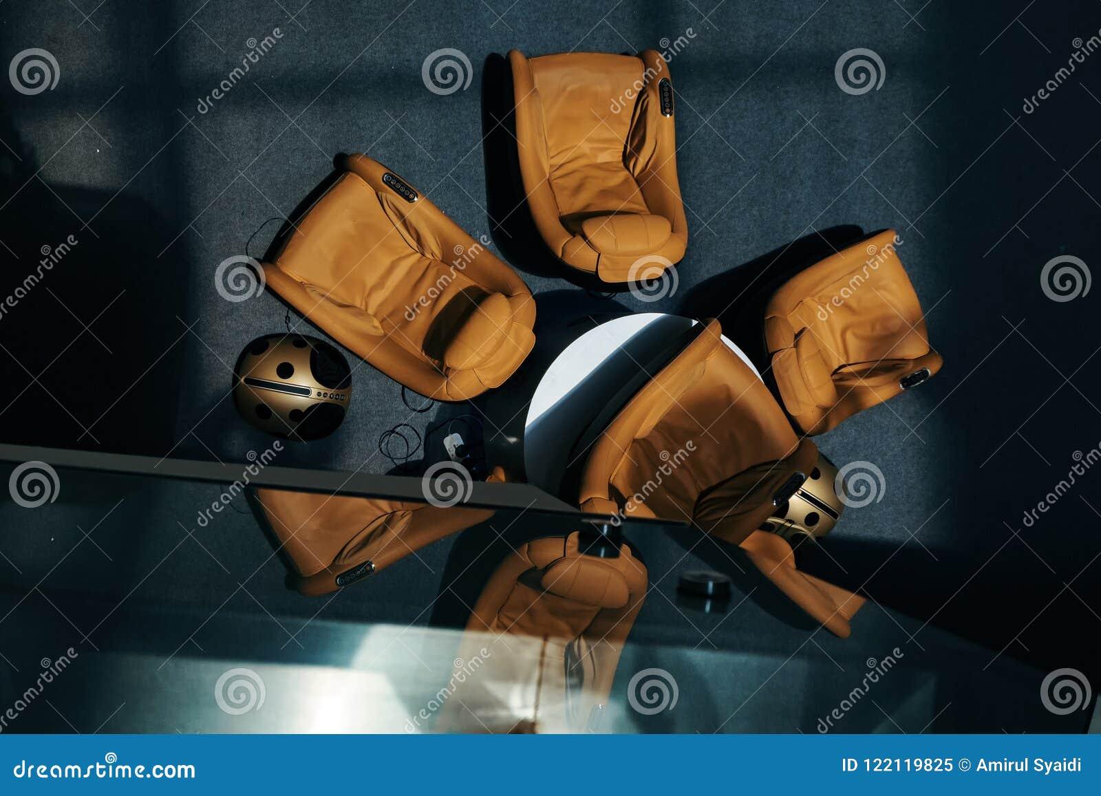 Το λόμπι εξοπλίζει με τους καναπέδες μασάζ για το guestshadow στο πάτωμα και