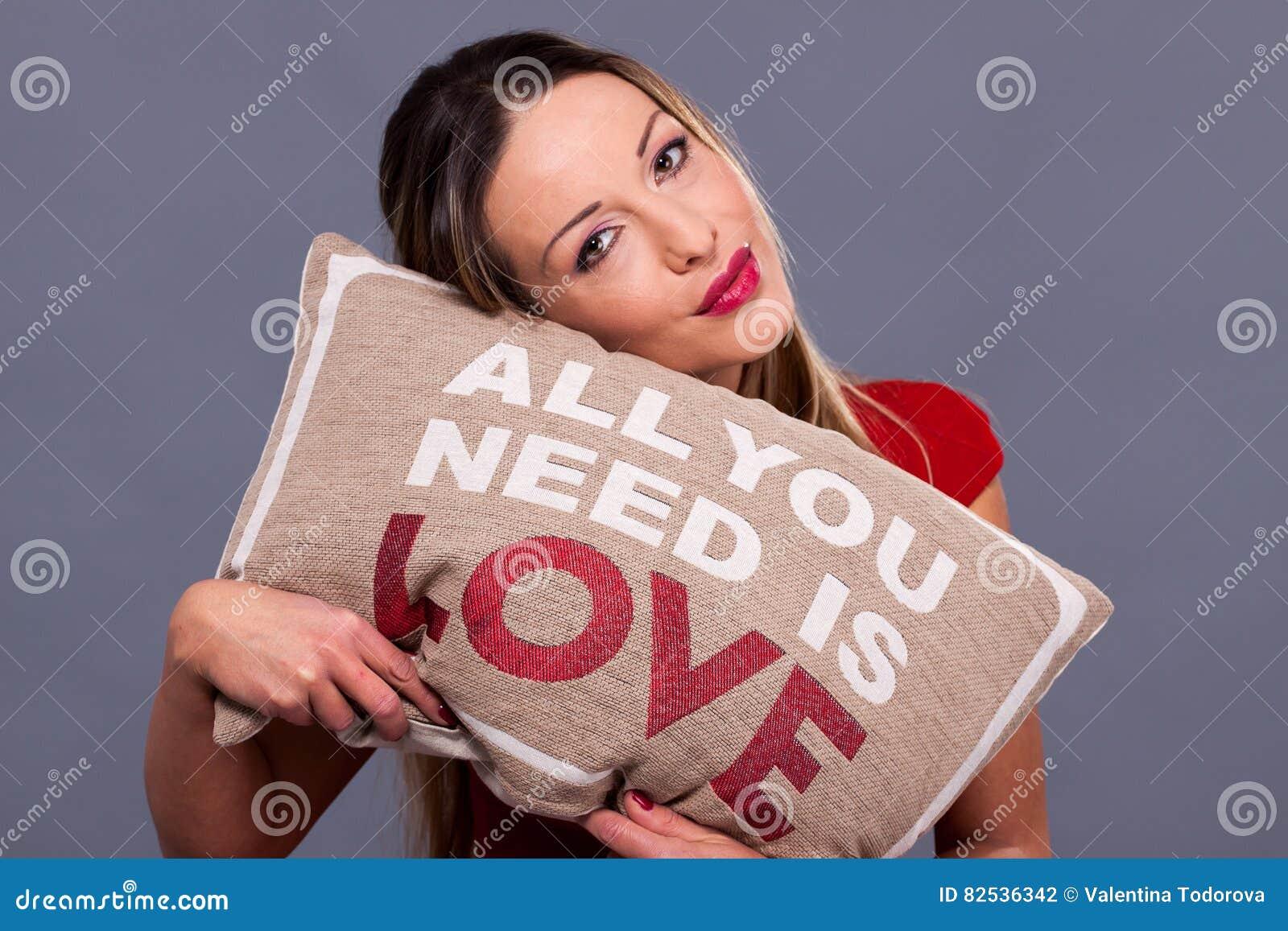 Το μήνυμα ημέρας βαλεντίνων με όλους μαξιλαριών που χρειάζεστε είναι αγάπη