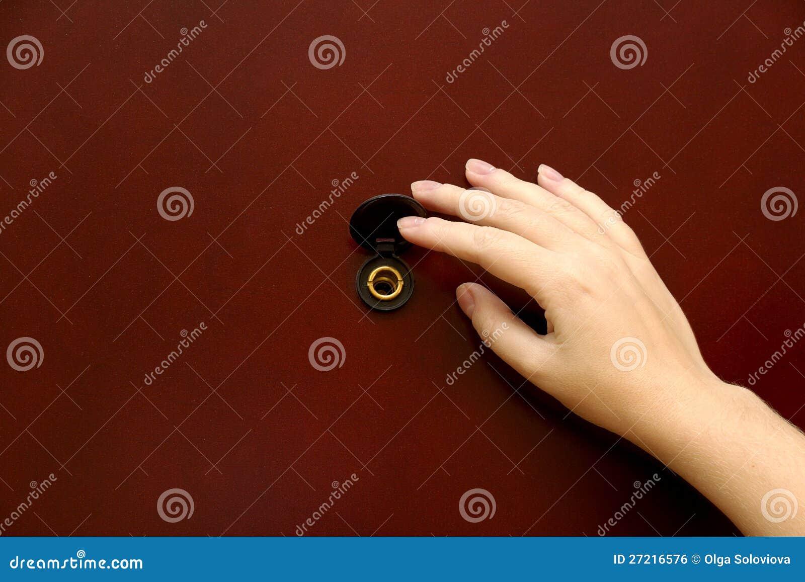 Το ματάκι πόρτας με το χέρι