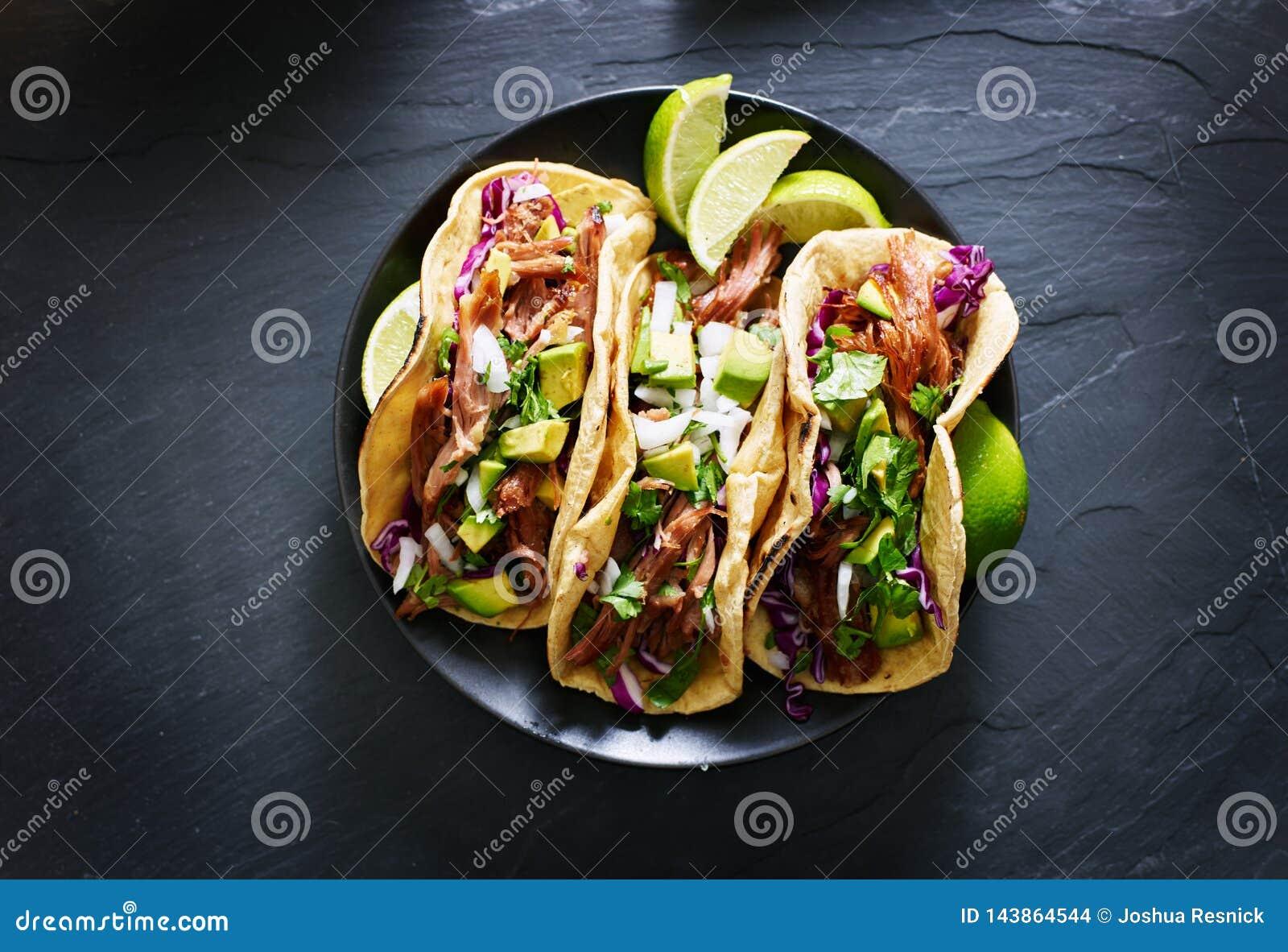 Το μεξικάνικο επίπεδο tacos οδών βάζει τη σύνθεση με τα carnitas χοιρινού κρέατος, το αβοκάντο, το κρεμμύδι, το cilantro, και το