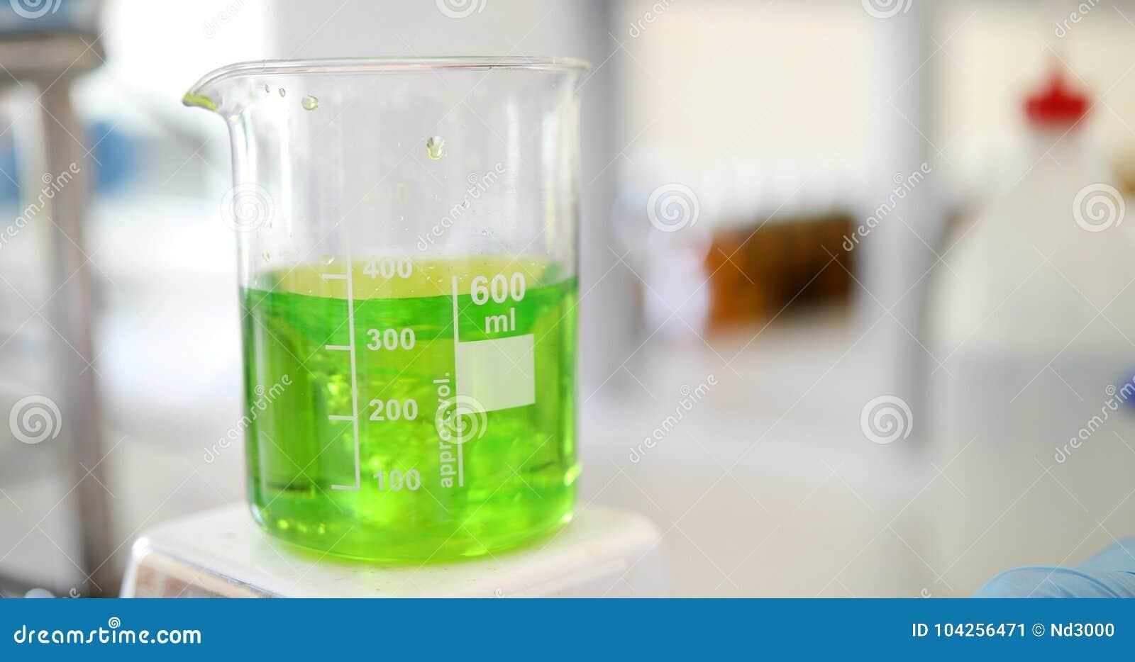 Το μηχανικό ανακάτωμα, υγρό του πράσινου χρώματος αναμιγνύεται σε μια στρογγυλή φιάλη
