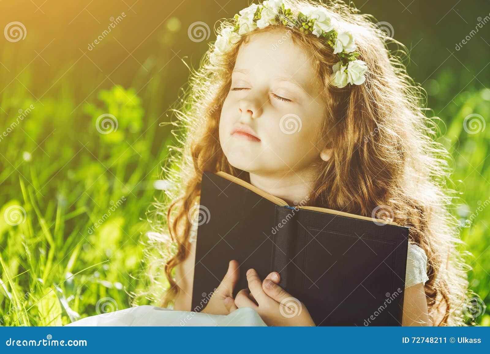 Το μικρό κορίτσι έκλεισε τα μάτια της, προσευμένος, ονειρεμένος ή διαβάζοντας ένα βιβλίο