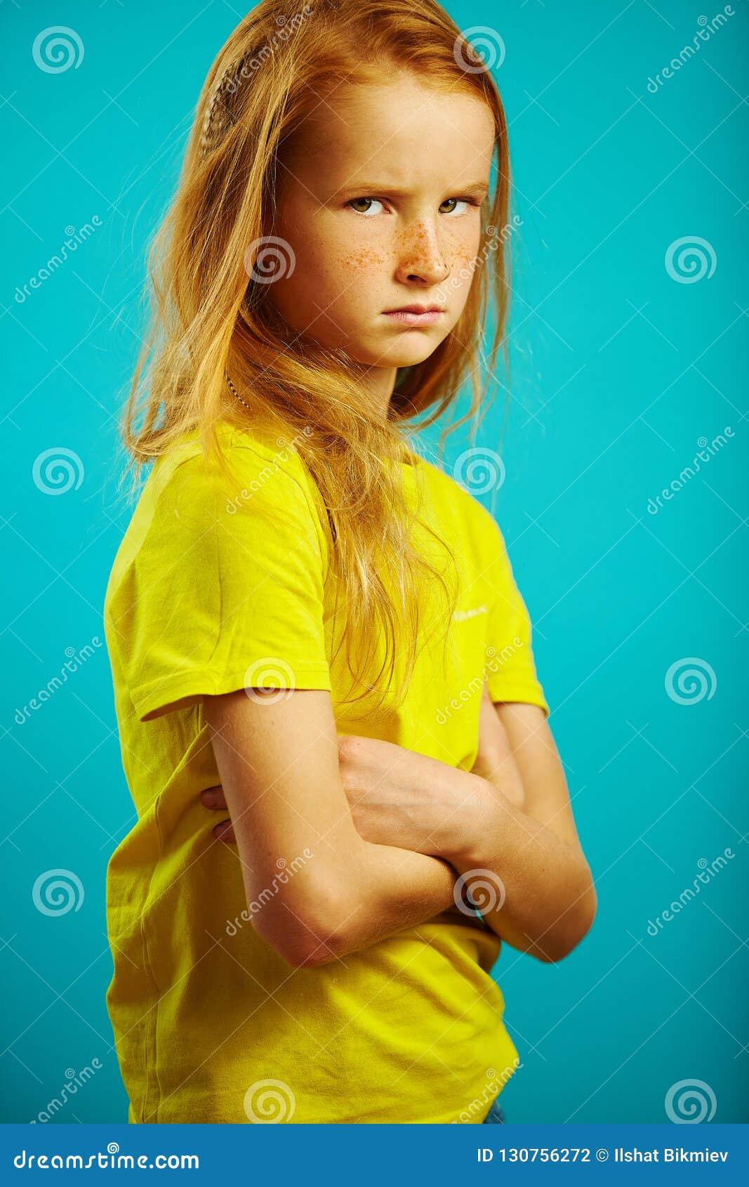 Το μικρό κορίτσι με τα όπλα που διασχίζονται στο στήθος, 0 ή αγανακτισμένος, εκφράζει μια κακή και λυπημένη διάθεση