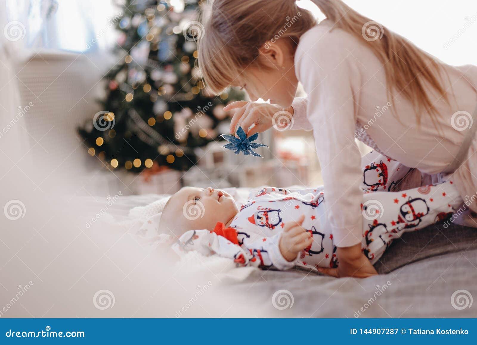 """Το μικρό κορίτσι που ντύνεται στην πυτζάμα εξετάζει Ï""""Î¿ μικροσκοπικό αÎ"""